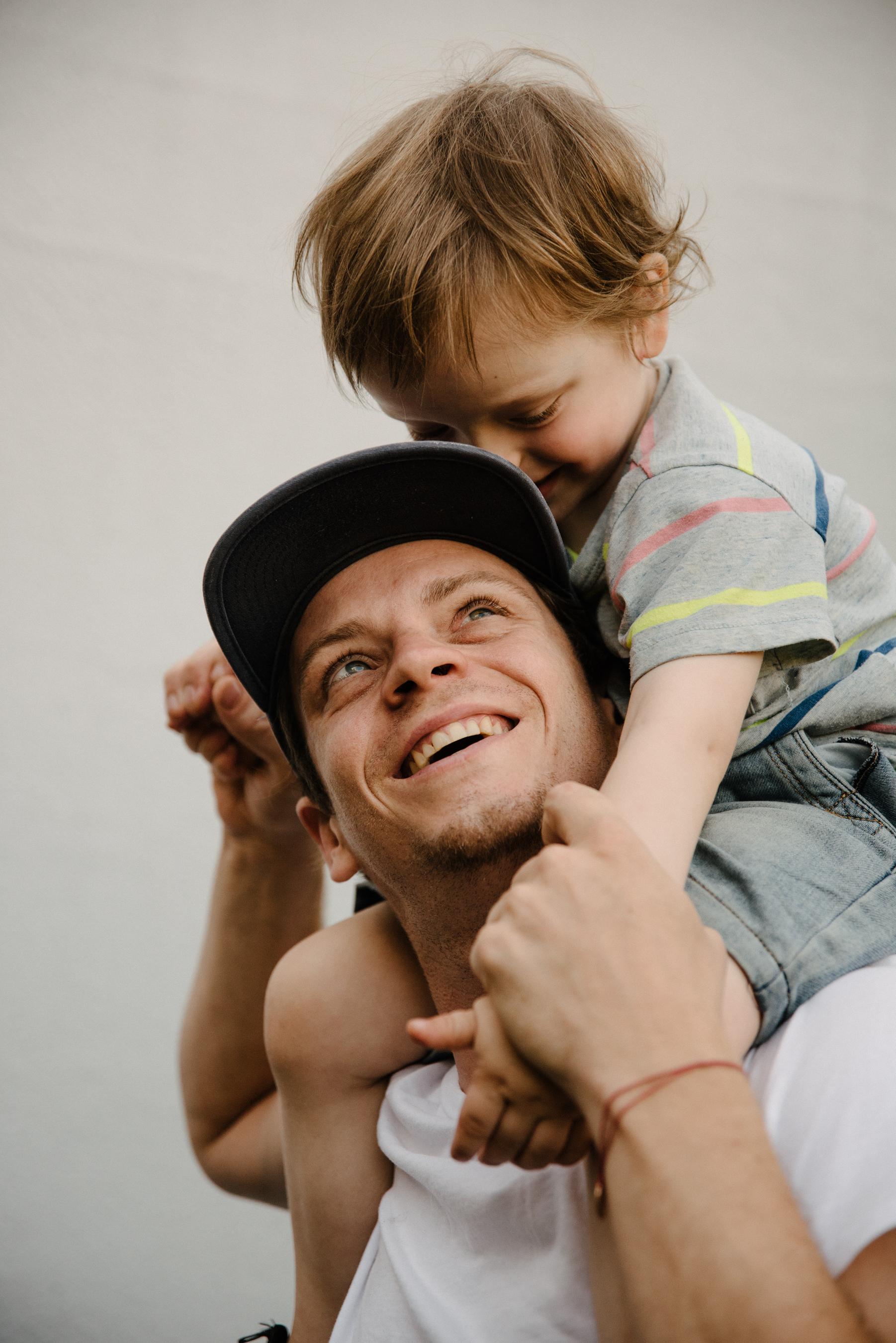 photo-d-un-pere-souriant-qui-porte-son-fils-sur-ses-epaules-photographe-lifestyle-famille-et-nouveau-ne-a-montreal-marianne-charland-370.jpg