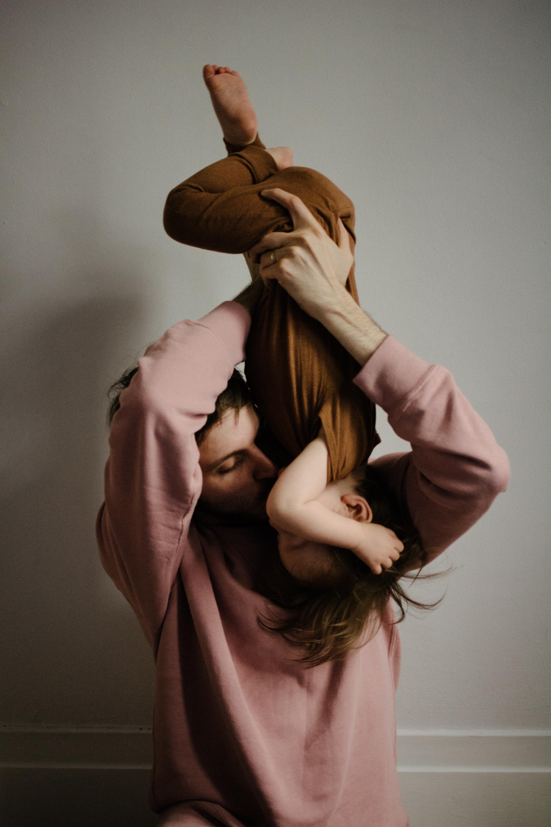 photo-d-un-pere-qui-tient-son-fils-la-tete-en-bas-et-l-embrasse-photographe-lifestyle-famille-et-nouveau-ne-a-montreal-marianne-charland-64.jpg
