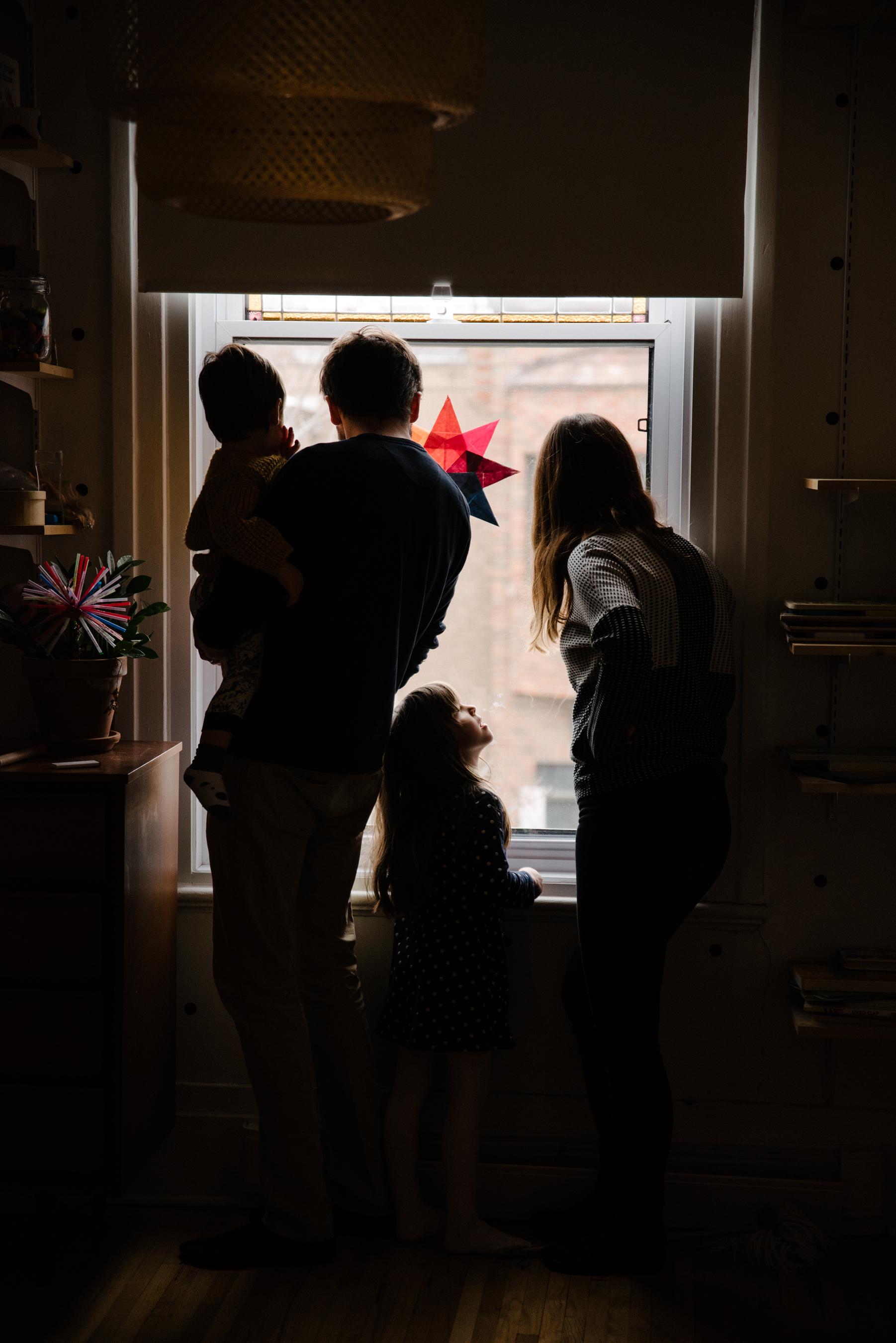 photo-d-une-famille-montrealaise-qui-regarde-par-la-fenetre-photographe-lifestyle-famille-et-nouveau-ne-a-montreal-marianne-charland-294.jpg