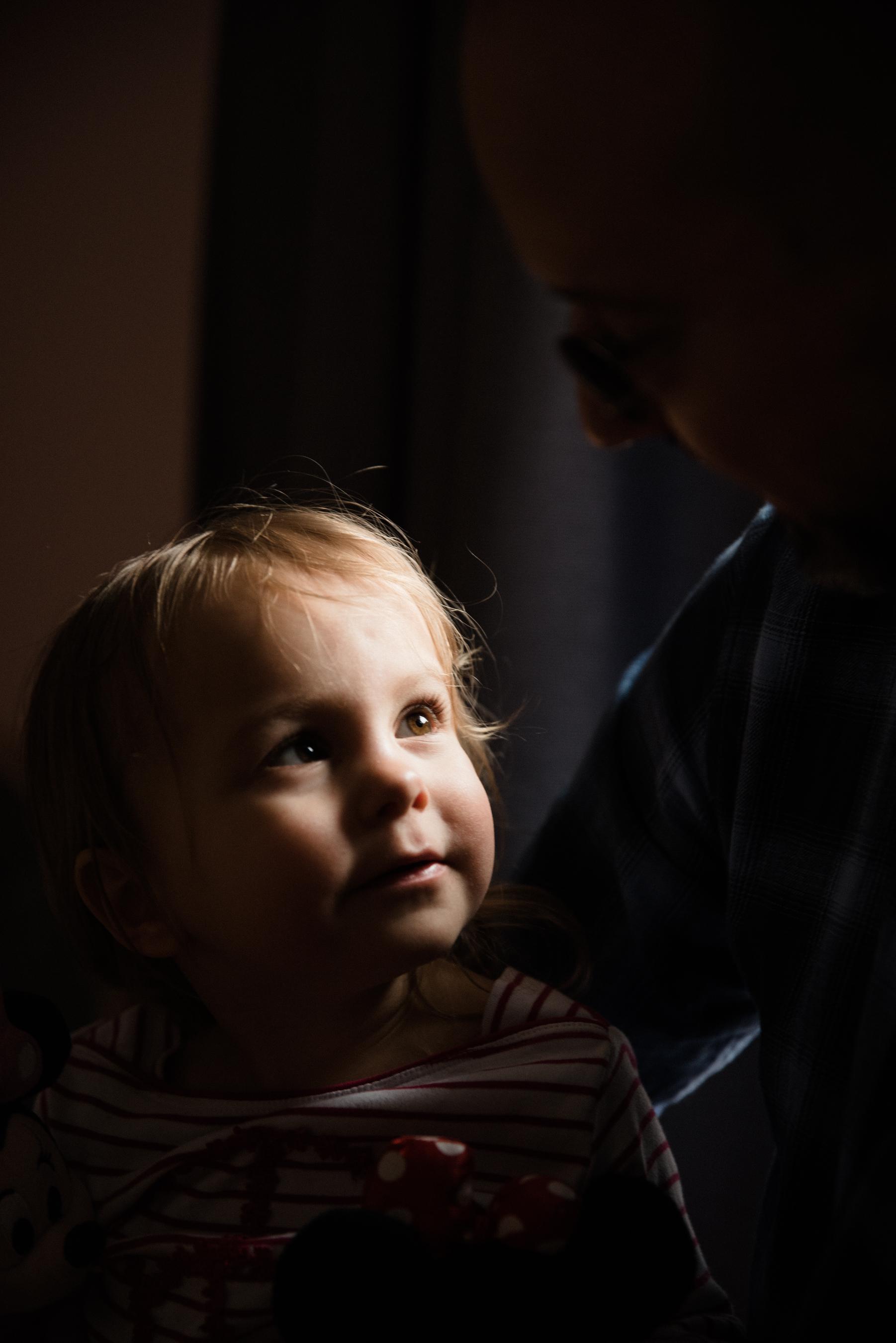 photo-d-une-fillette-au-regard-brillant-qui-regarde-son-pere-photographe-lifestyle-famille-et-nouveau-ne-a-montreal-marianne-charland-691.jpg