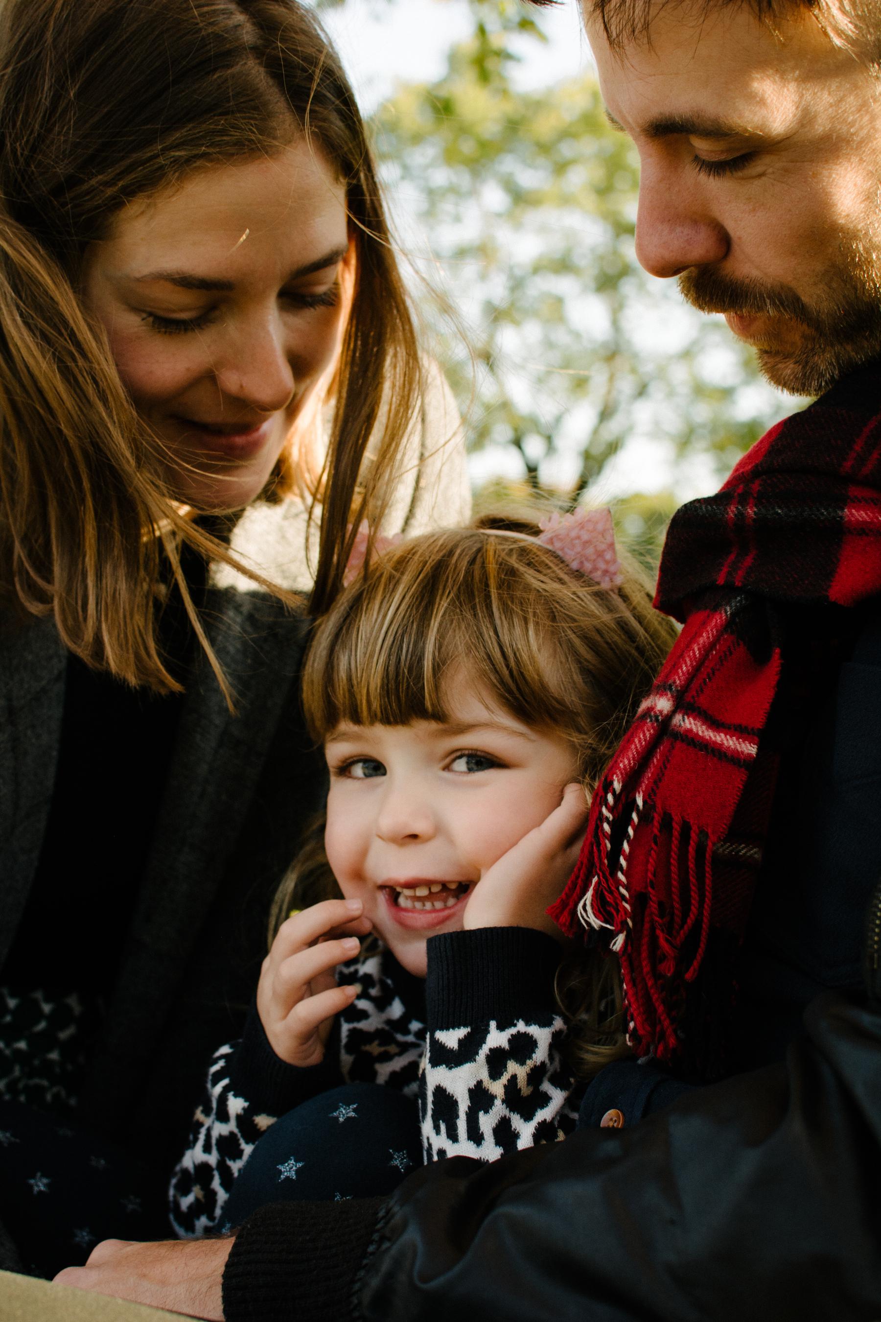 photo-d-une-fillette-espiegle-et-ses-parents-attentionnes-tournes-vers-elle-photographe-lifestyle-famille-et-nouveau-ne-a-montreal-marianne-charland-041.jpg