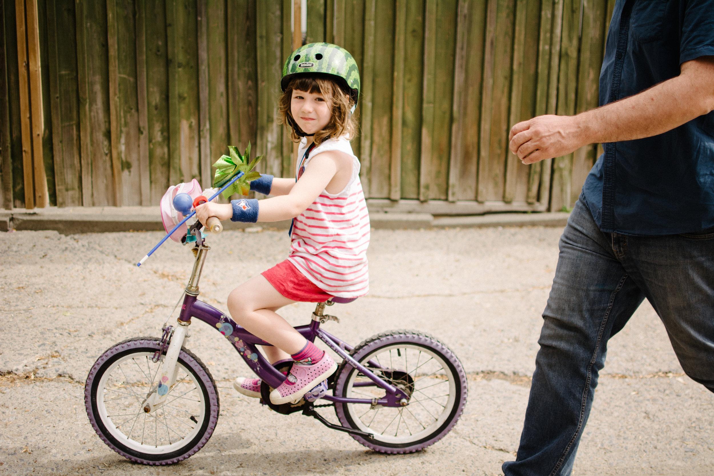 photo-d-une-fillette-qui-fait-du-velo-photographe-lifestyle-famille-et-nouveau-ne-a-montreal-marianne-charland-052.jpg
