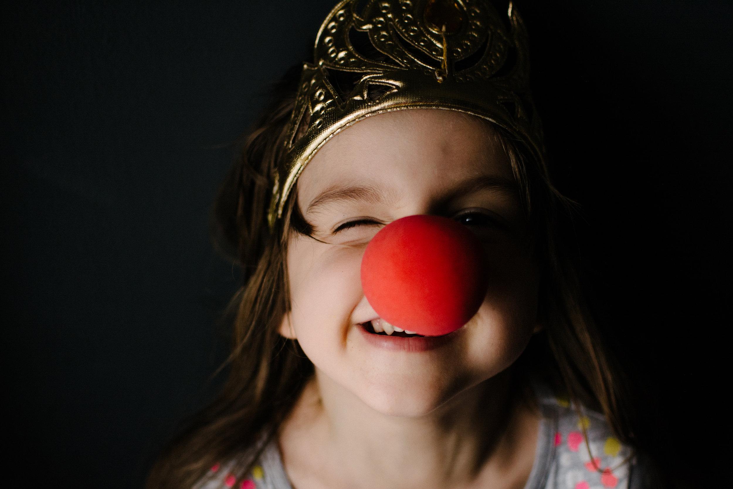 photo-d-une-fillette-qui-porte-couronne-et-nez-de-clown-photographe-lifestyle-famille-et-nouveau-ne-a-montreal-marianne-charland-004.jpg
