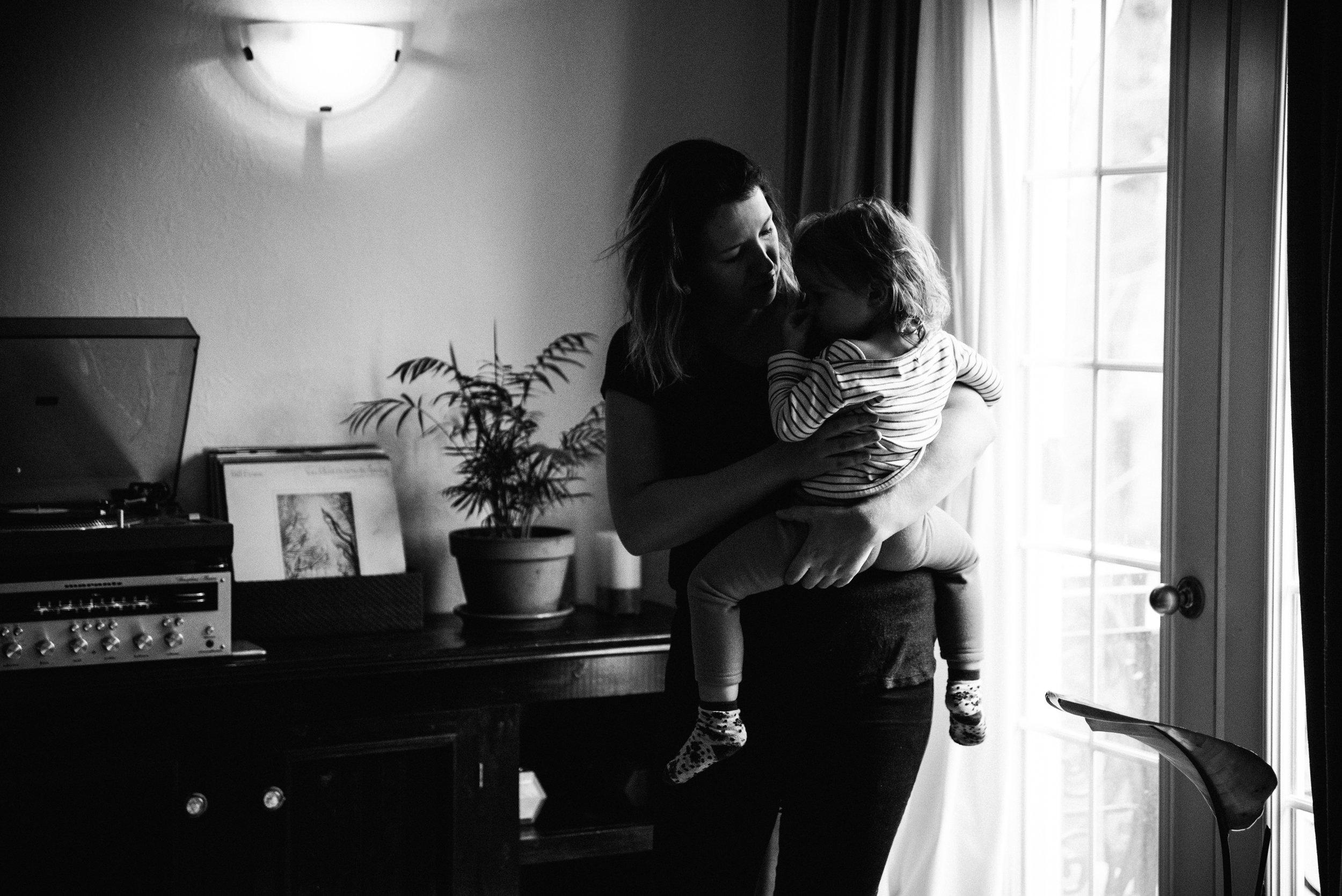 photo-d-une-mere-qui-reconforte-sa-fille-photographe-lifestyle-famille-et-nouveau-ne-a-montreal-marianne-charland-405.jpg