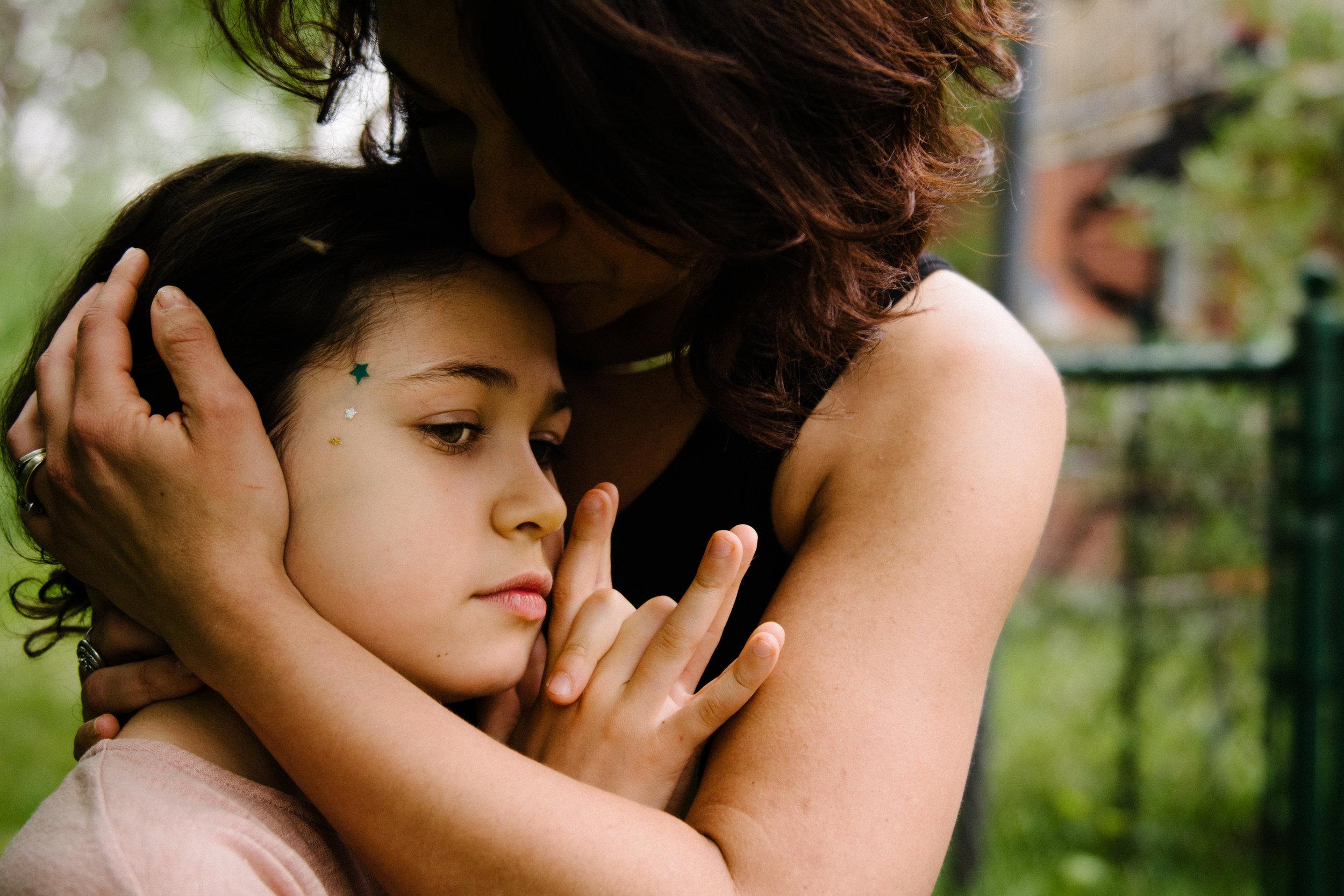 photo-d-une-mere-qui-serre-et-embrasse-sa-grande-fille-photographe-lifestyle-famille-et-nouveau-ne-a-montreal-marianne-charland-100.jpg