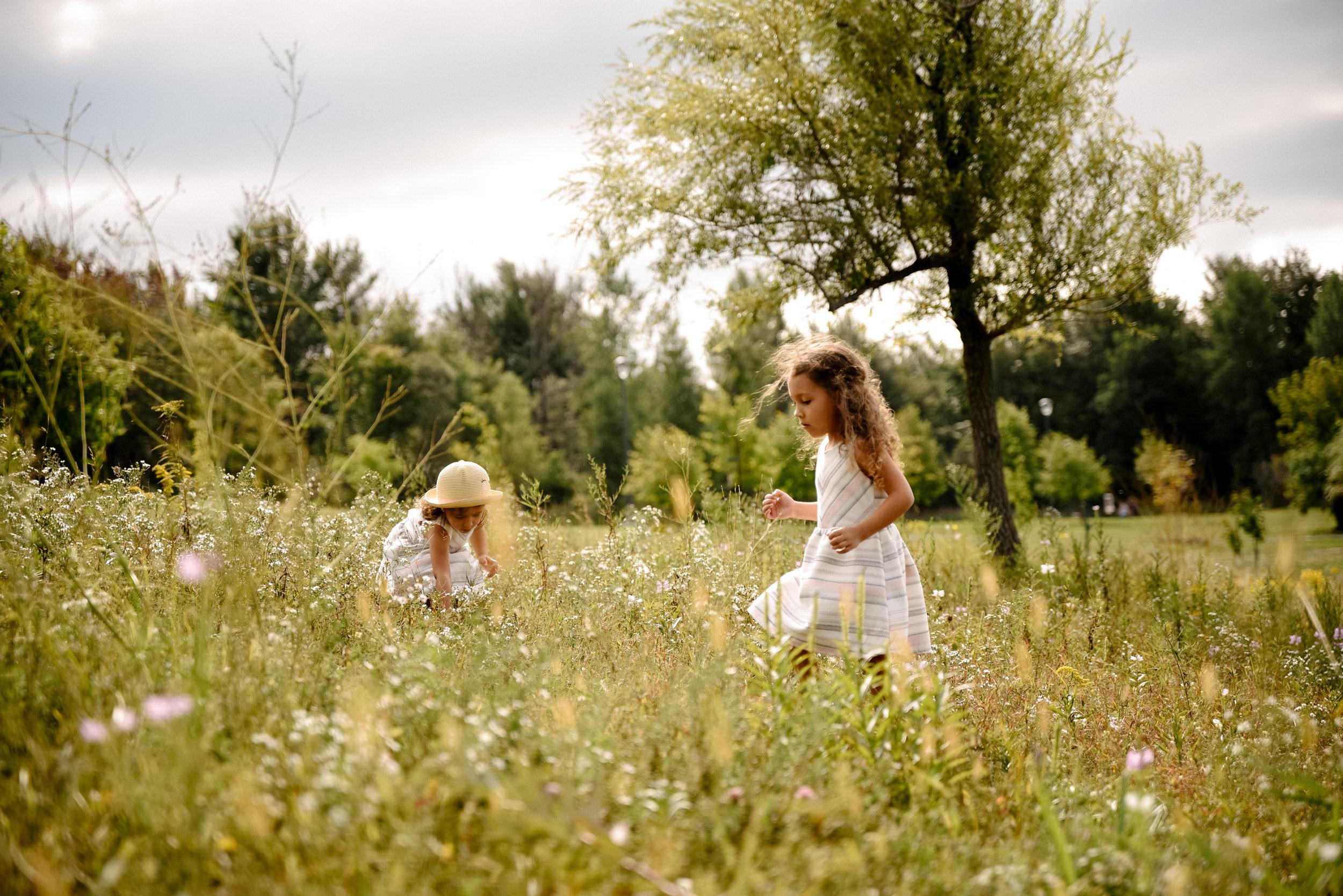photo-de-deux-soeur-qui-cherchent-des-papillons-dans-un-parc-photographe-lifestyle-famille-et-nouveau-ne-a-montreal-marianne-charland-388.jpg