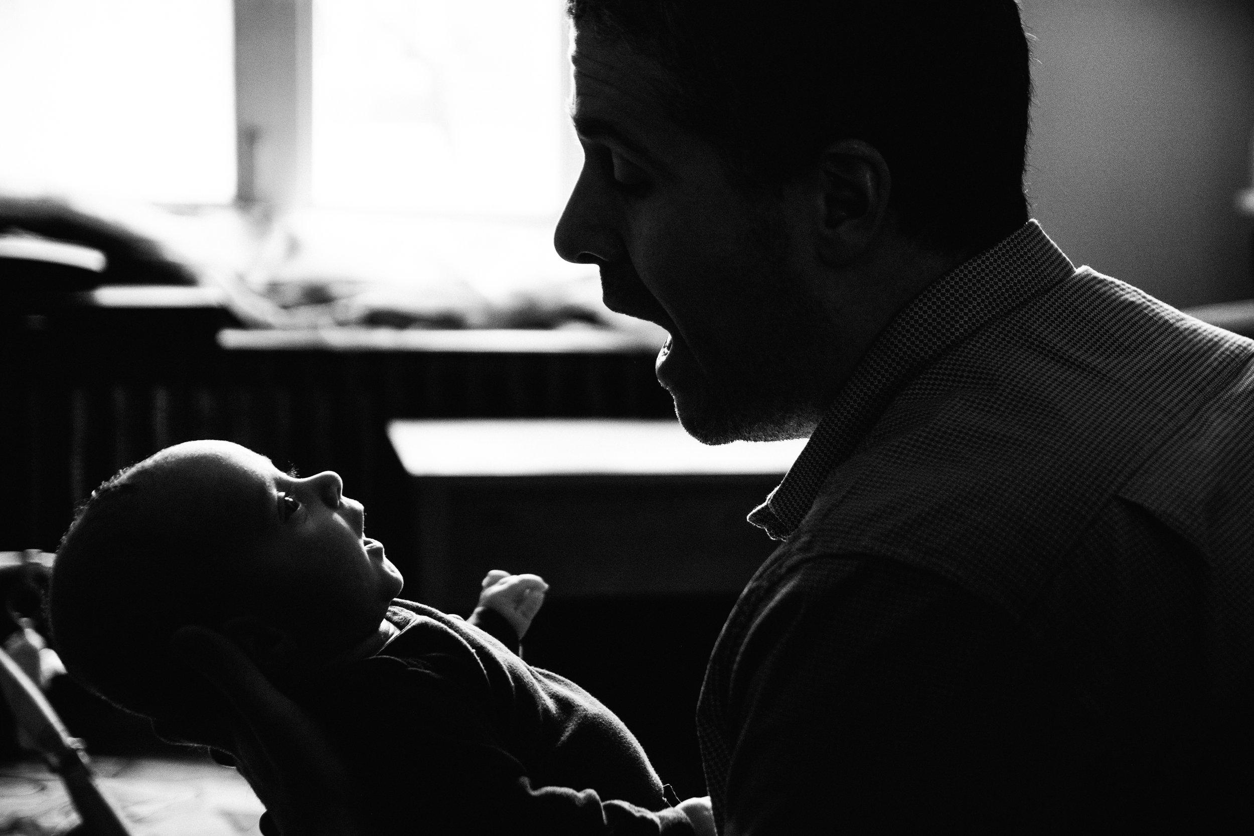 photo-noir-et-blanc-d-un-papa-qui-parle-a-son-bebe-photographe-lifestyle-de-famille-et-nouveau-ne-a-montreal-marianne-charland-54.jpg
