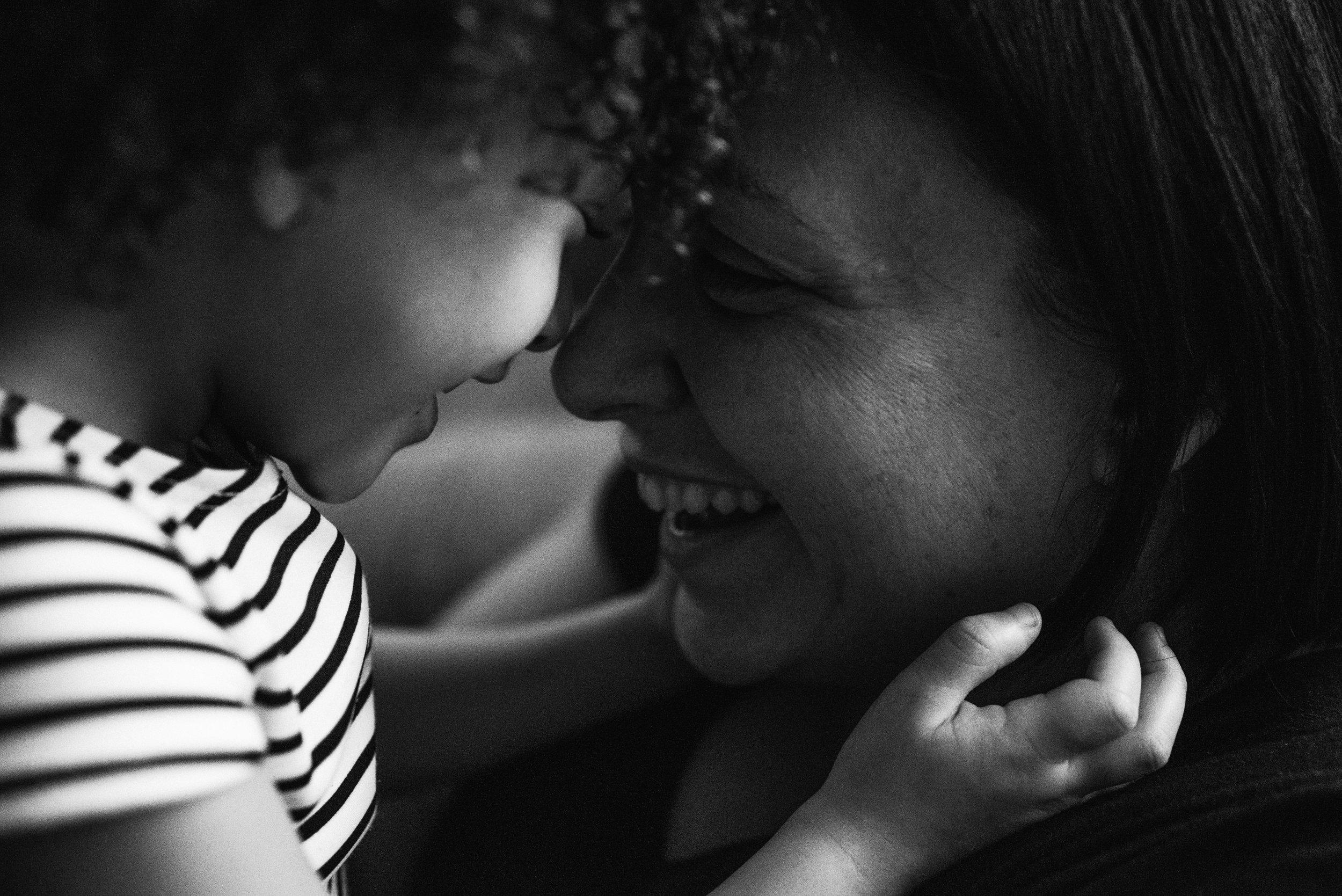 photo-noir-et-blanc-d-une-mere-et-sa-fille-qui-rigole-tete-a-tete-photographe-lifestyle-famille-et-nouveau-ne-a-montreal-marianne-charland-454.jpg