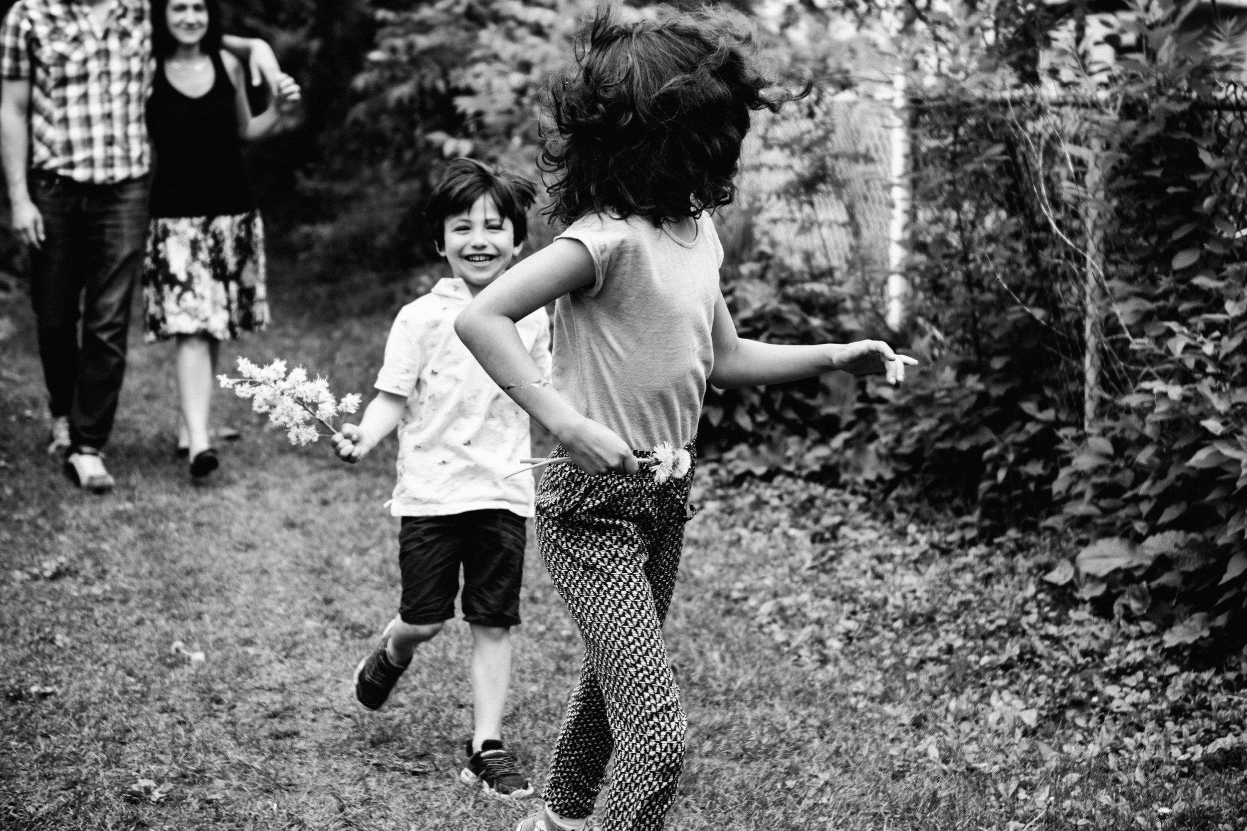 photo-noir-et-blanc-d-une-soeur-et-son-frere-qui-courent-dans-une-ruelle-champetre-photographe-lifestyle-famille-et-nouveau-ne-a-montreal-marianne-charland-74.jpg
