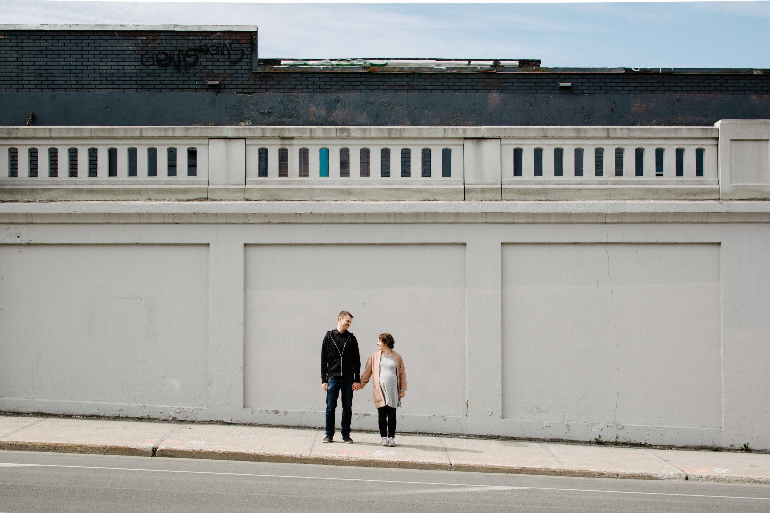 01-photo-d-un-couple-qui-attend-un-enfant-pres-d-un-viaduc-photographe-lifestyle-famille-et-nouveau-ne-a-montreal-marianne-charland-79.jpg
