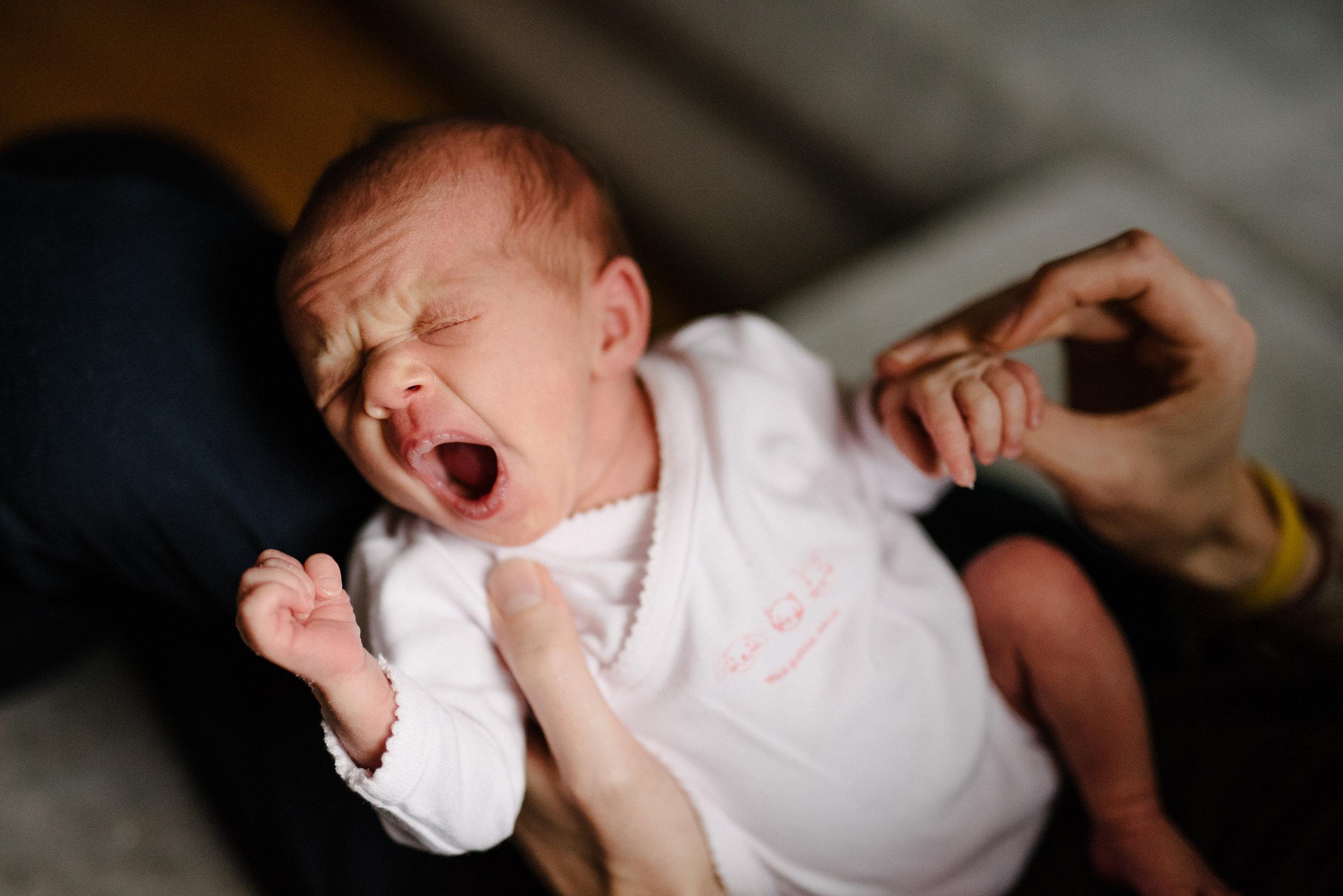 09-photo-dun-bebe-qui-baille-en-tenant-le-pouce-de-son-papa-photographe-lifestyle-famille-et-nouveau-ne-a-montreal-marianne-charland-051.jpg