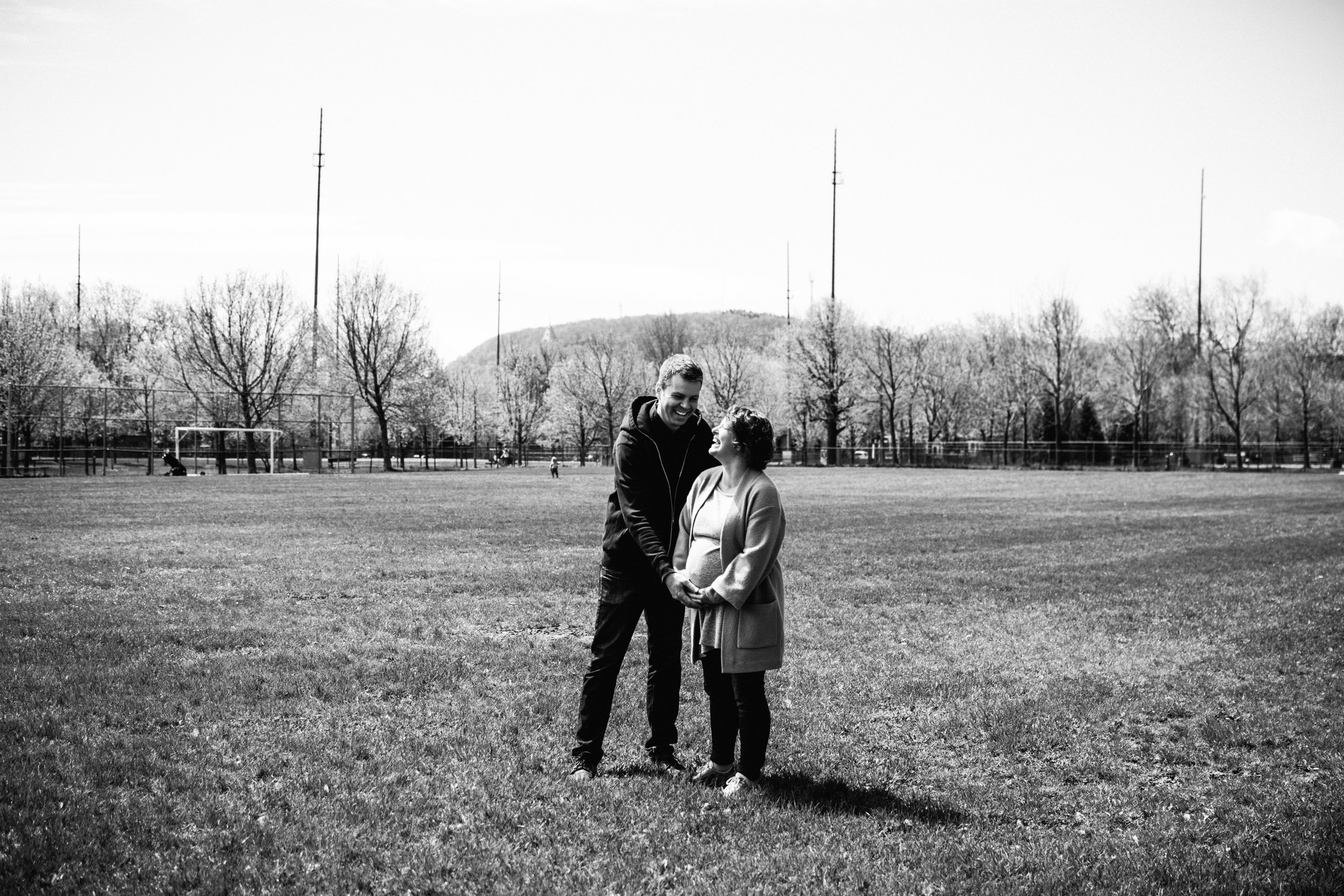 014-photo-noir-et-blanc-d-un-couple-qui-rigole-femme-enceinte-devant-le-mont-royal-photographe-lifestyle-famille-et-nouveau-ne-a-montreal-marianne-charland-131.jpg