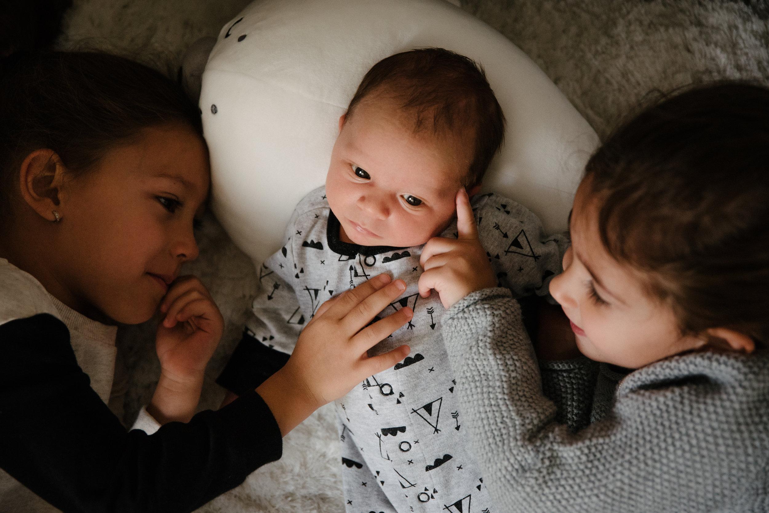 020-photo-d-un-bebe-couche-avec-ses-deux-grandes-soeurs-photographe-lifestyle-famille-et-nouveau-ne-a-montreal-marianne-charland-431.jpg