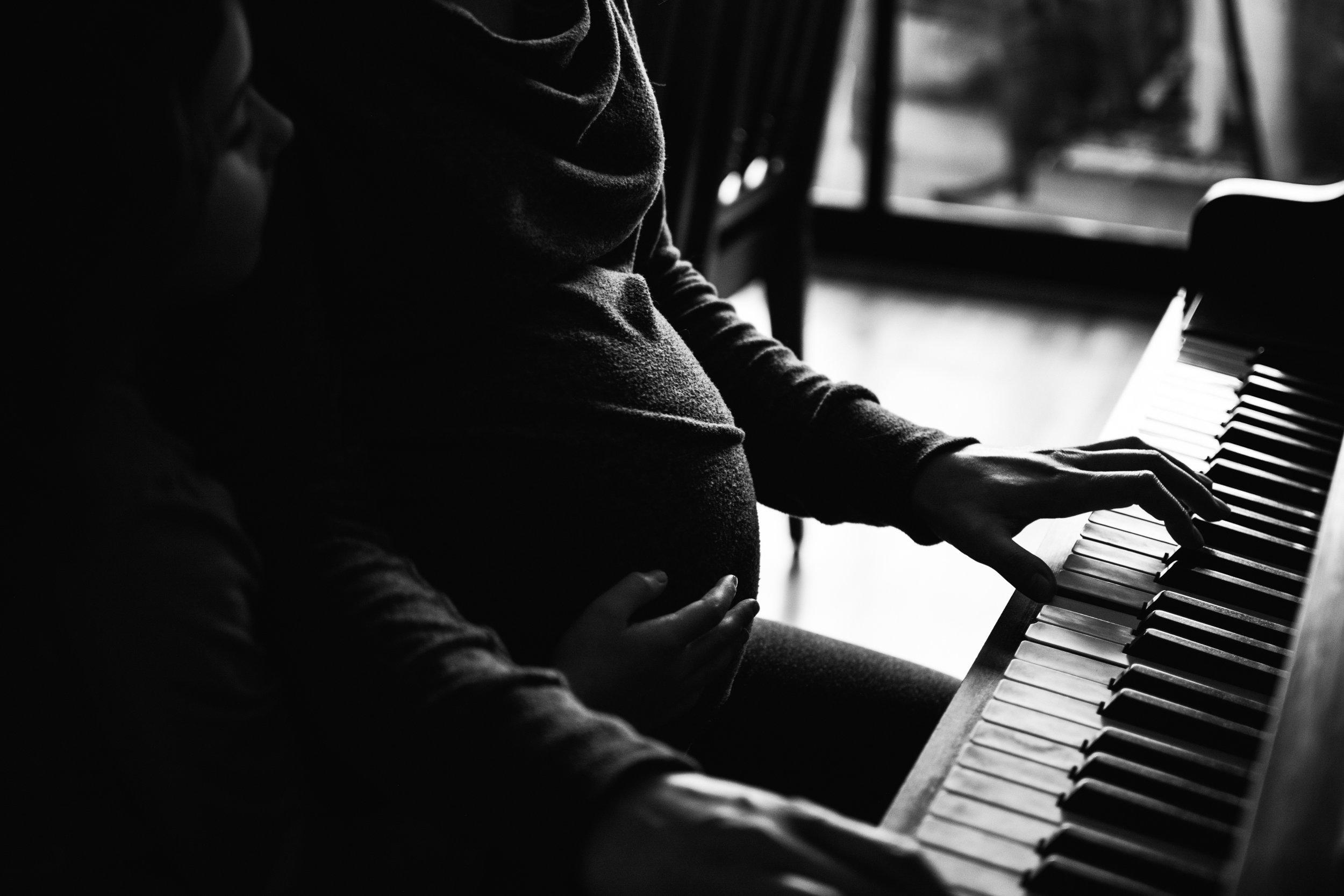 029-photo-noir-et-blanc-d-un-ventre-touche-de-femme-enceinte-qui-joue-du-piano-photographe-lifestyle-famille-et-nouveau-ne-a-montreal-marianne-charland-70.jpg