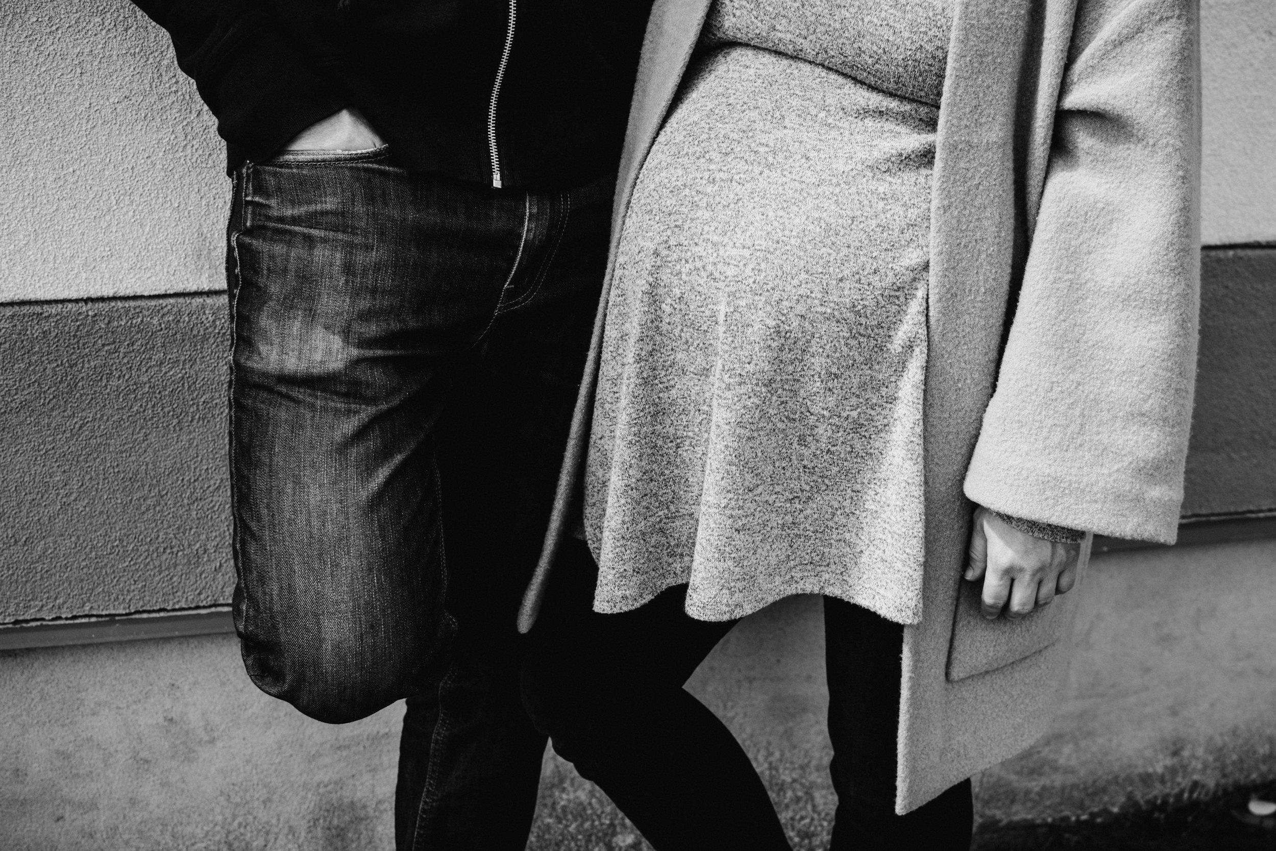 035-photo-noir-et-blanc-d-un-gros-plan-sur-le-ventre-dune-femme-enceinte-a-cote-de-son-copain-photographe-lifestyle-famille-et-nouveau-ne-a-montreal-marianne-charland-94.jpg