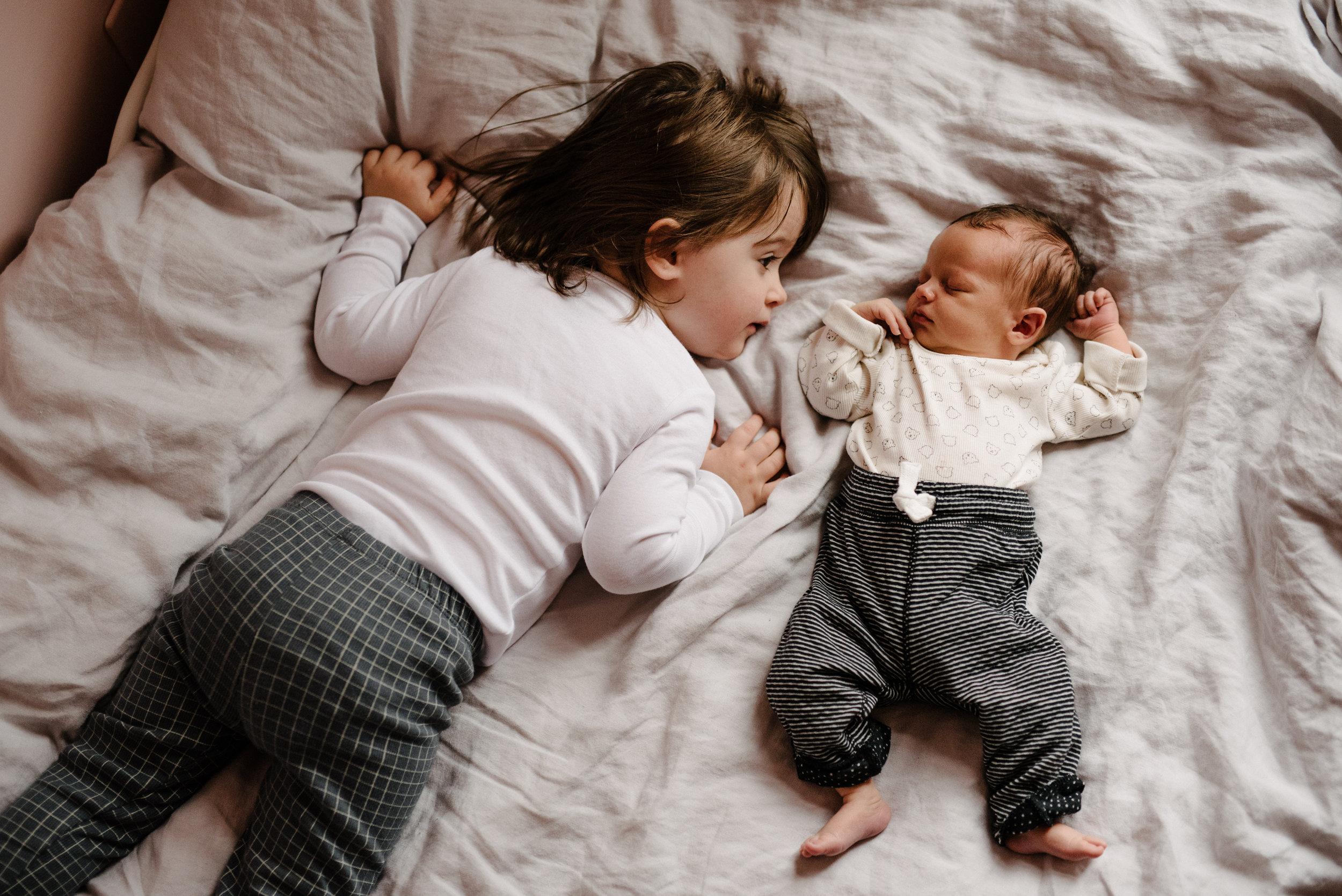 044-photo-grande-soeur-avec-son-petit-frere-bebe-photographe-lifestyle-famille-et-nouveau-ne-a-montreal-marianne-charland-0376.jpg