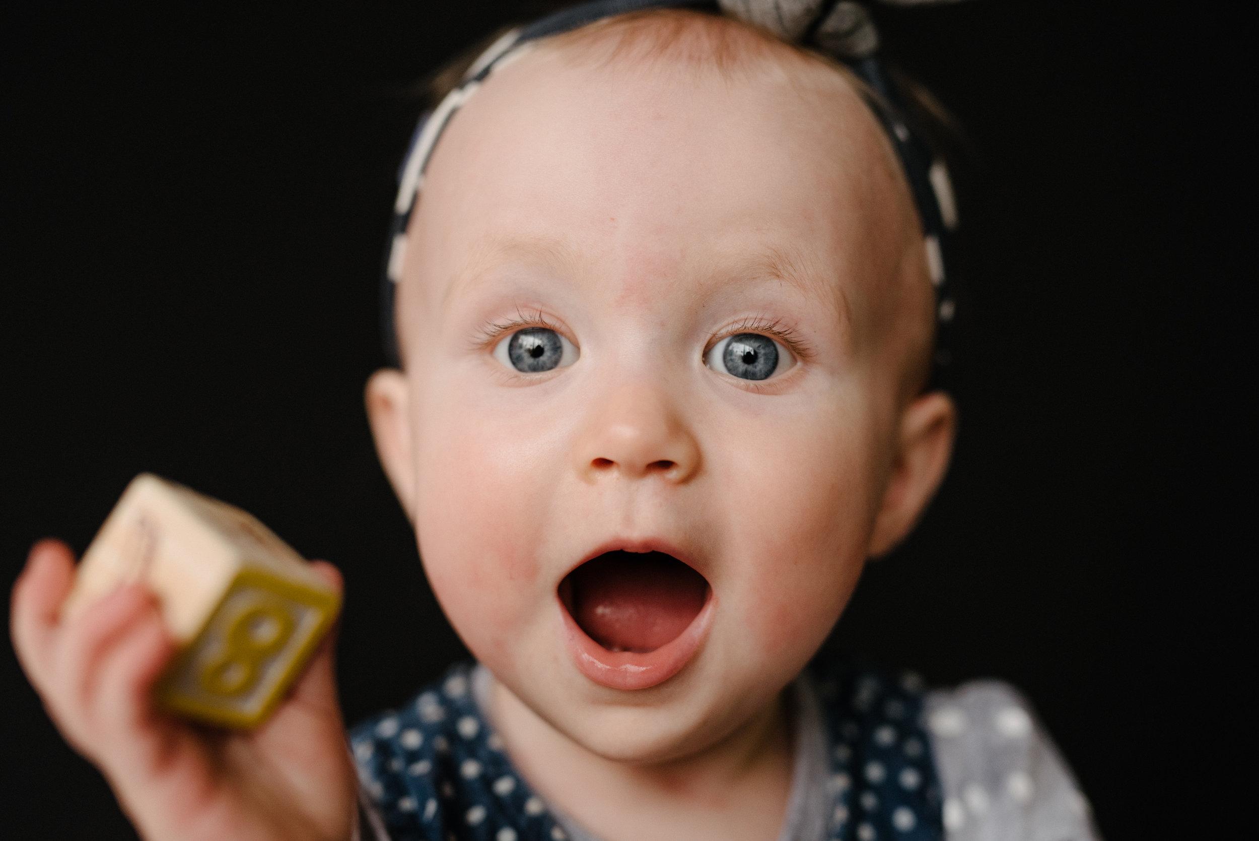 photo-de-garderie-originale-et-authentique-petite-fille-expressive-photographe-lifestyle-famille-et-nouveau-ne-a-montreal-marianne-charland_-019.jpg