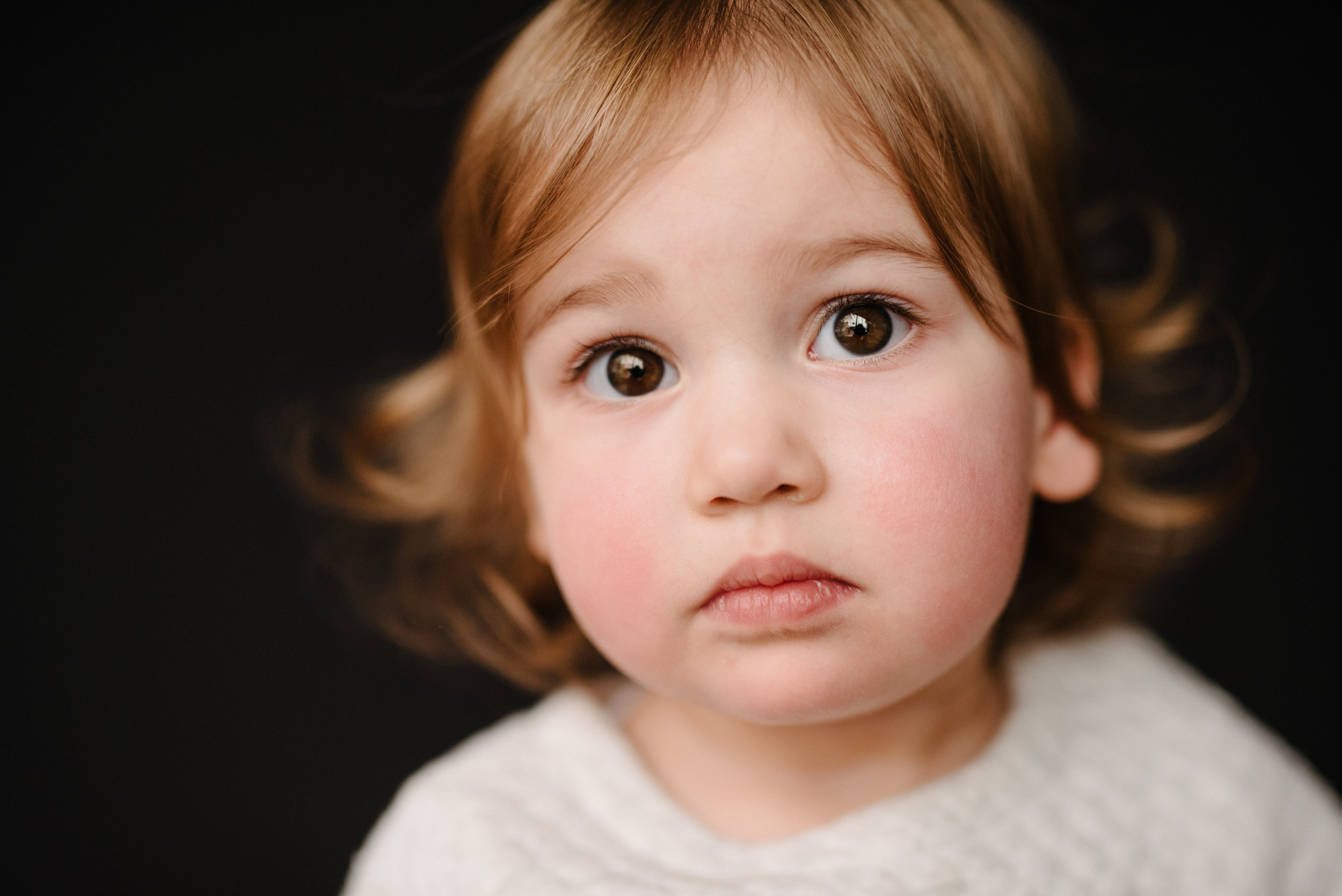 photo-de-garderie-originale-et-authentique-petite-fille-serieuse-photographe-lifestyle-famille-et-nouveau-ne-a-montreal-marianne-charland_-011.jpg