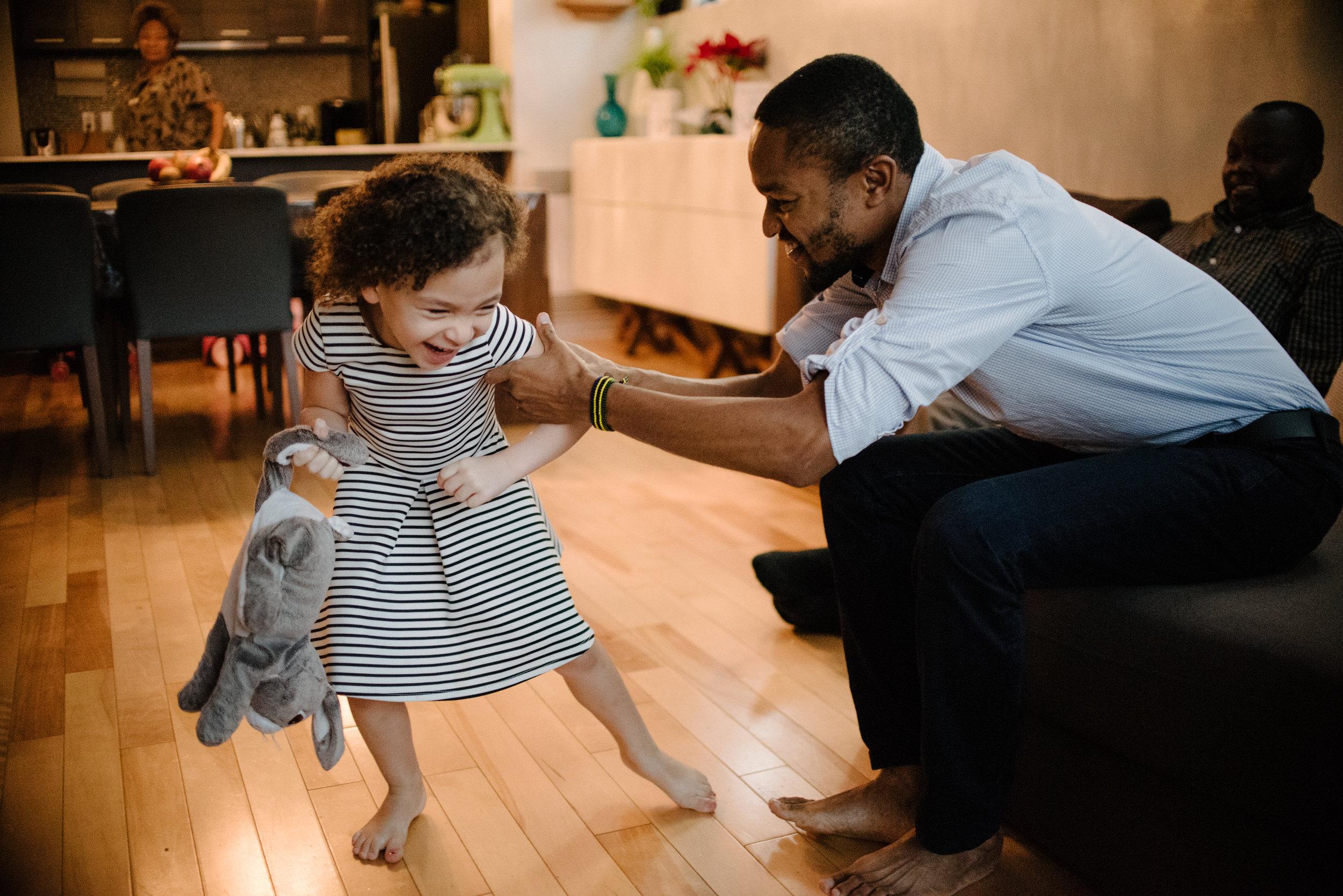 photo-d-un-oncle-et-sa-niece-qui-se-taquinent-photographe-de-famille-a-montreal-marianne-charland-019.jpg