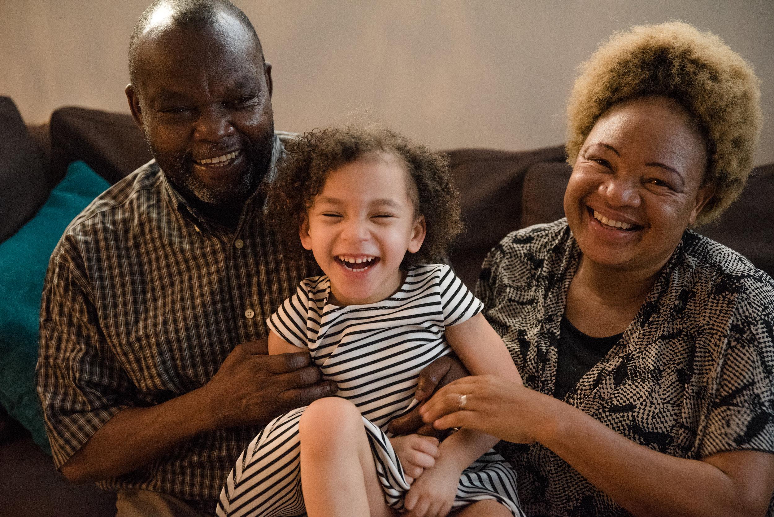 photo-d-une-gamine-qui-rit-avec-ses-grands-parents-photographe-de-famille-a-montreal-marianne-charland-056.jpg