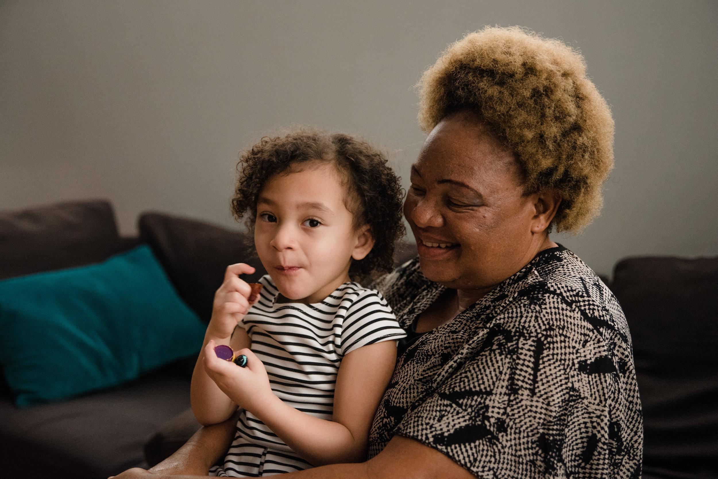 photo-d-une-petite-fille-et-sa-grand-maman-venue-dafrique-photographe-de-famille-a-montreal-marianne-charland-313.jpg