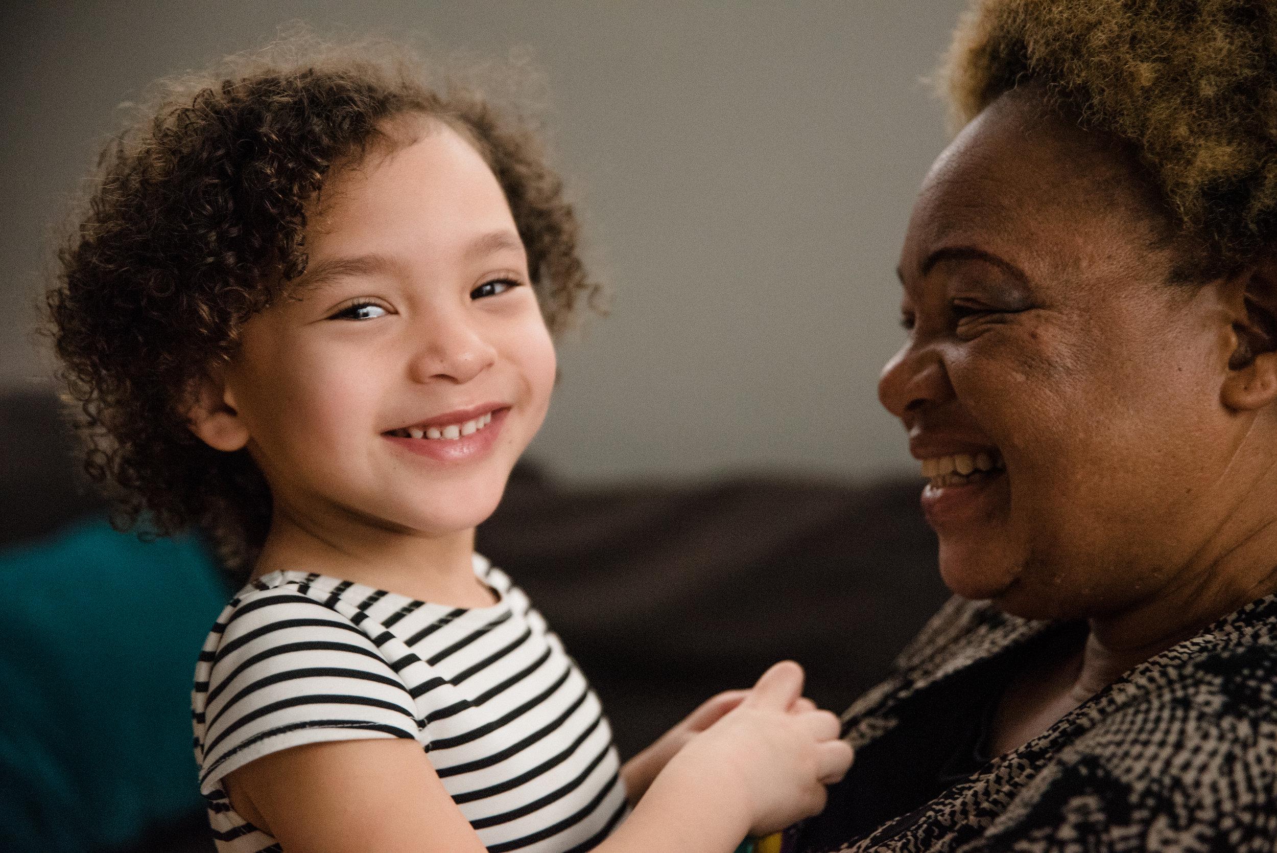 photo-d-une-petite-fille-et-sa-grand-maman-venue-dafrique-photographe-de-famille-a-montreal-marianne-charland-345.jpg