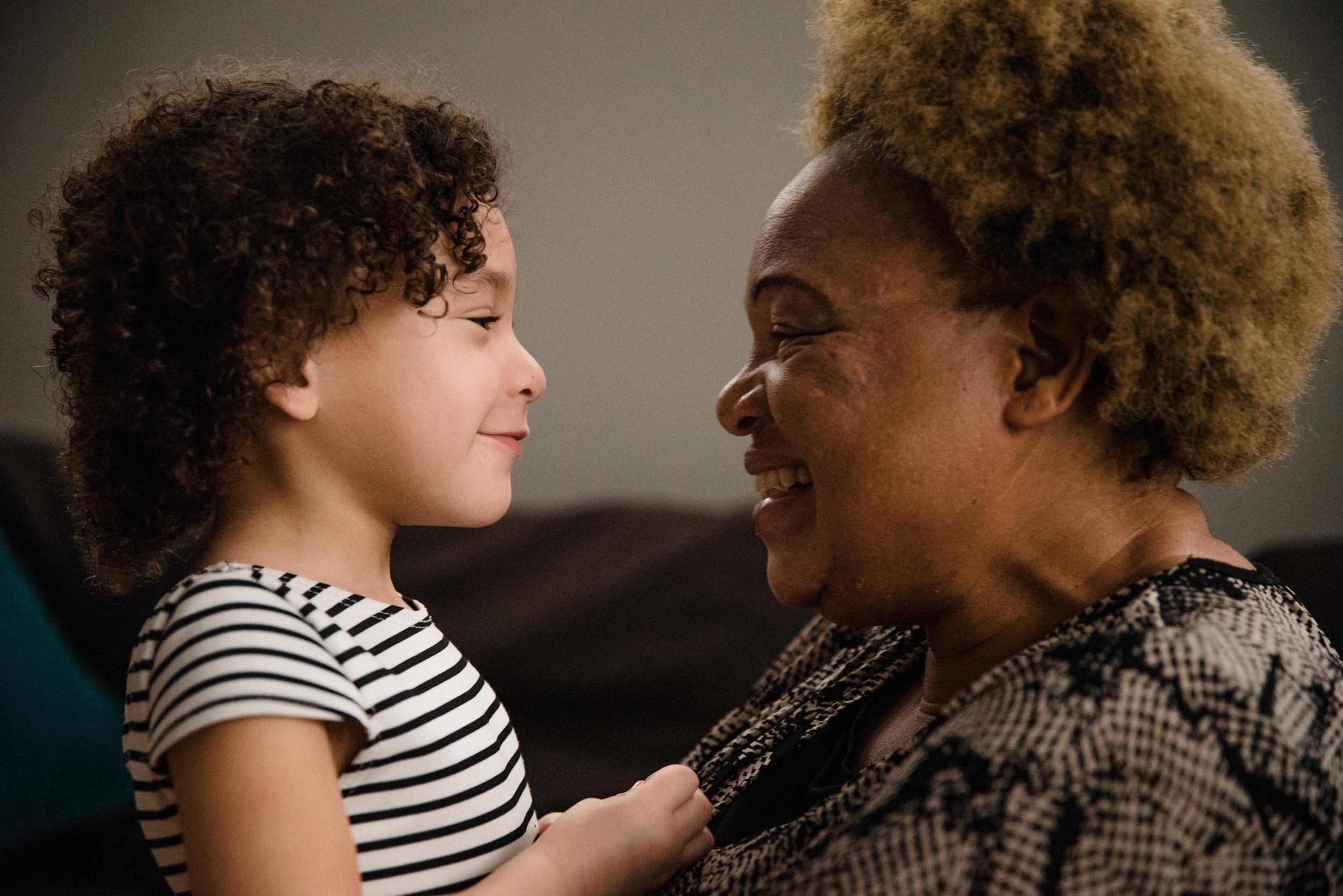photo-d-une-petite-fille-et-sa-grand-maman-venue-dafrique-photographe-de-famille-a-montreal-marianne-charland-347.jpg