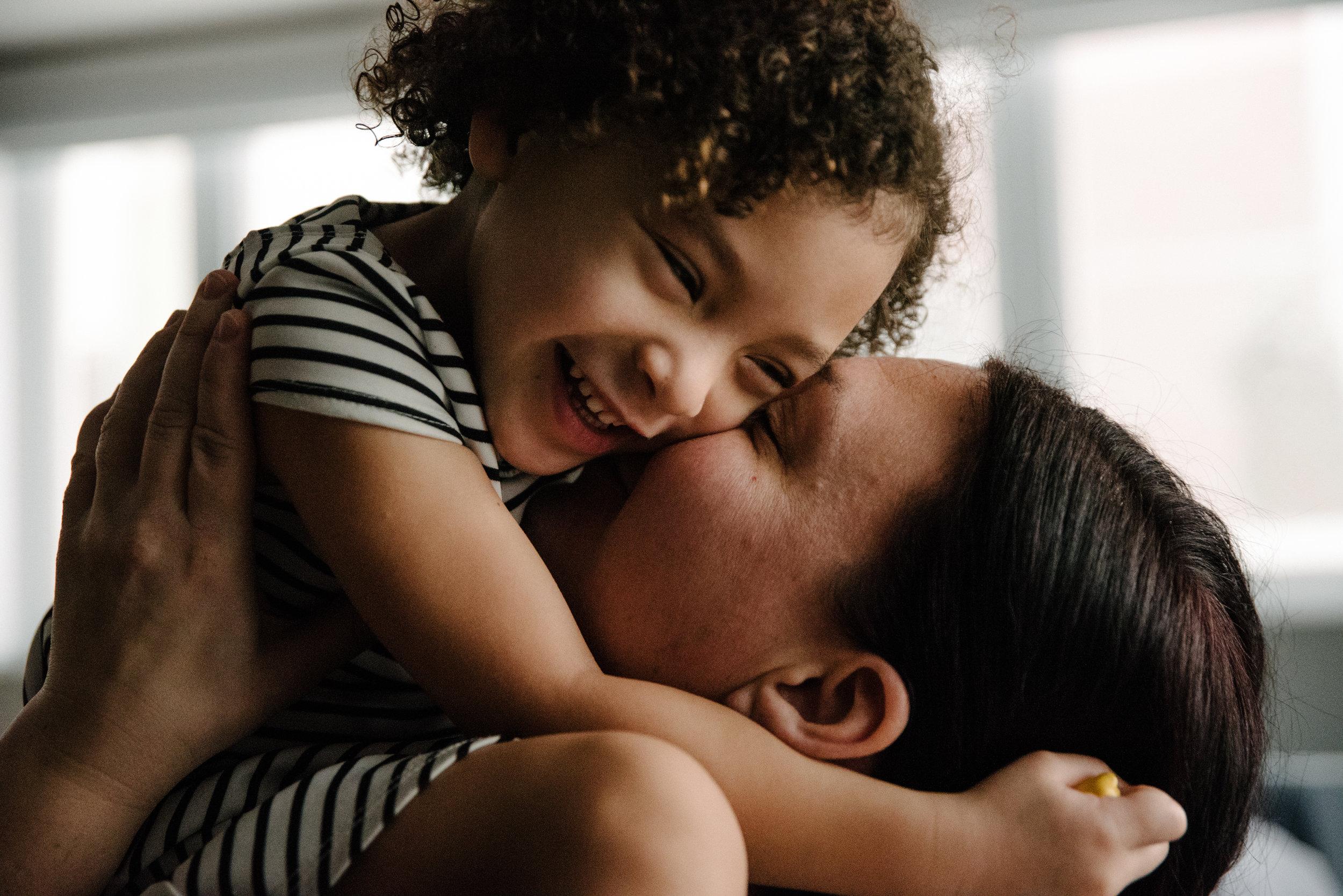 photo-de-moments-tendres-entre-une-mere-et-sa-fille-photographe-de-famille-a-montreal-marianne-charland-417.jpg