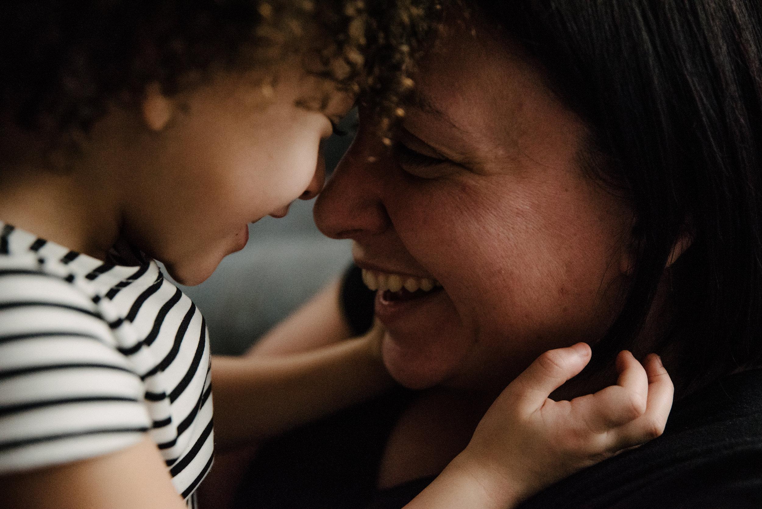 photo-de-moments-tendres-entre-une-mere-et-sa-fille-photographe-de-famille-a-montreal-marianne-charland-454.jpg