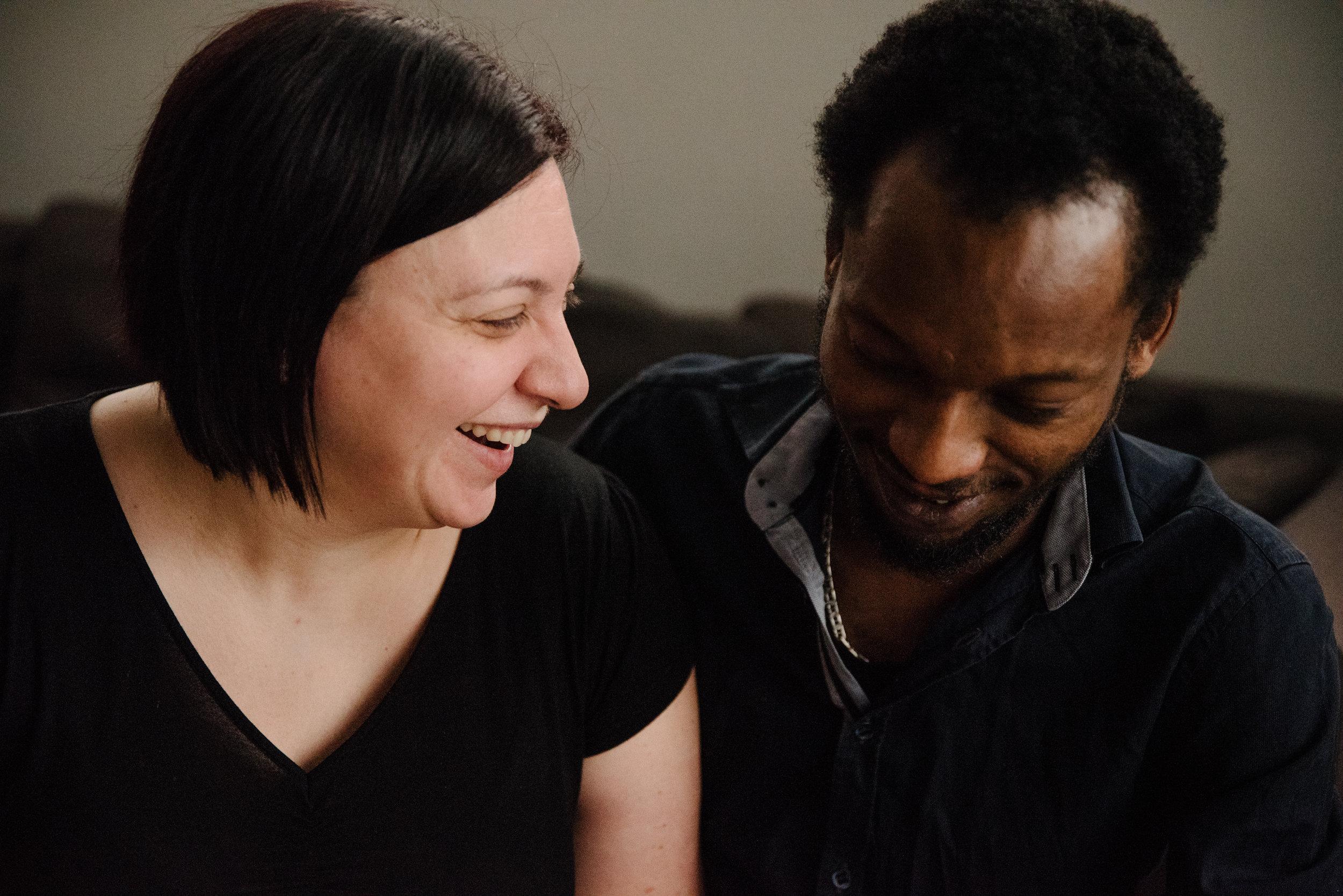 photo-d-un-couple-mixte-souriant-photographe-de-famille-a-montreal-marianne-charland-590.jpg