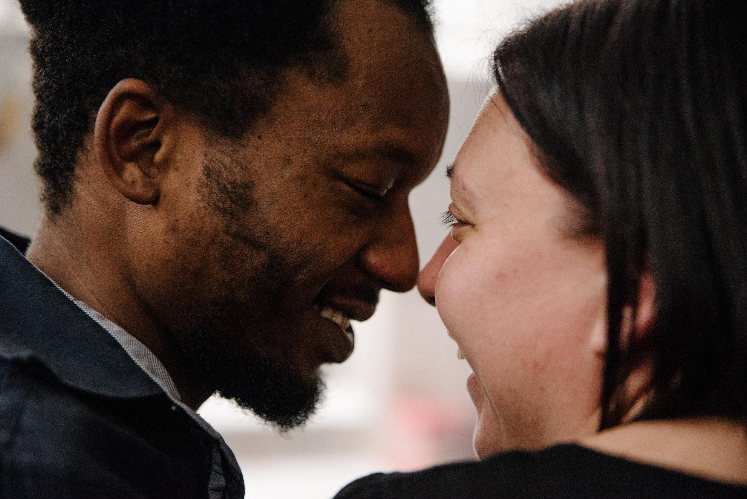 photo-d-un-couple-mixte-souriant-photographe-de-famille-a-montreal-marianne-charland-650.jpg