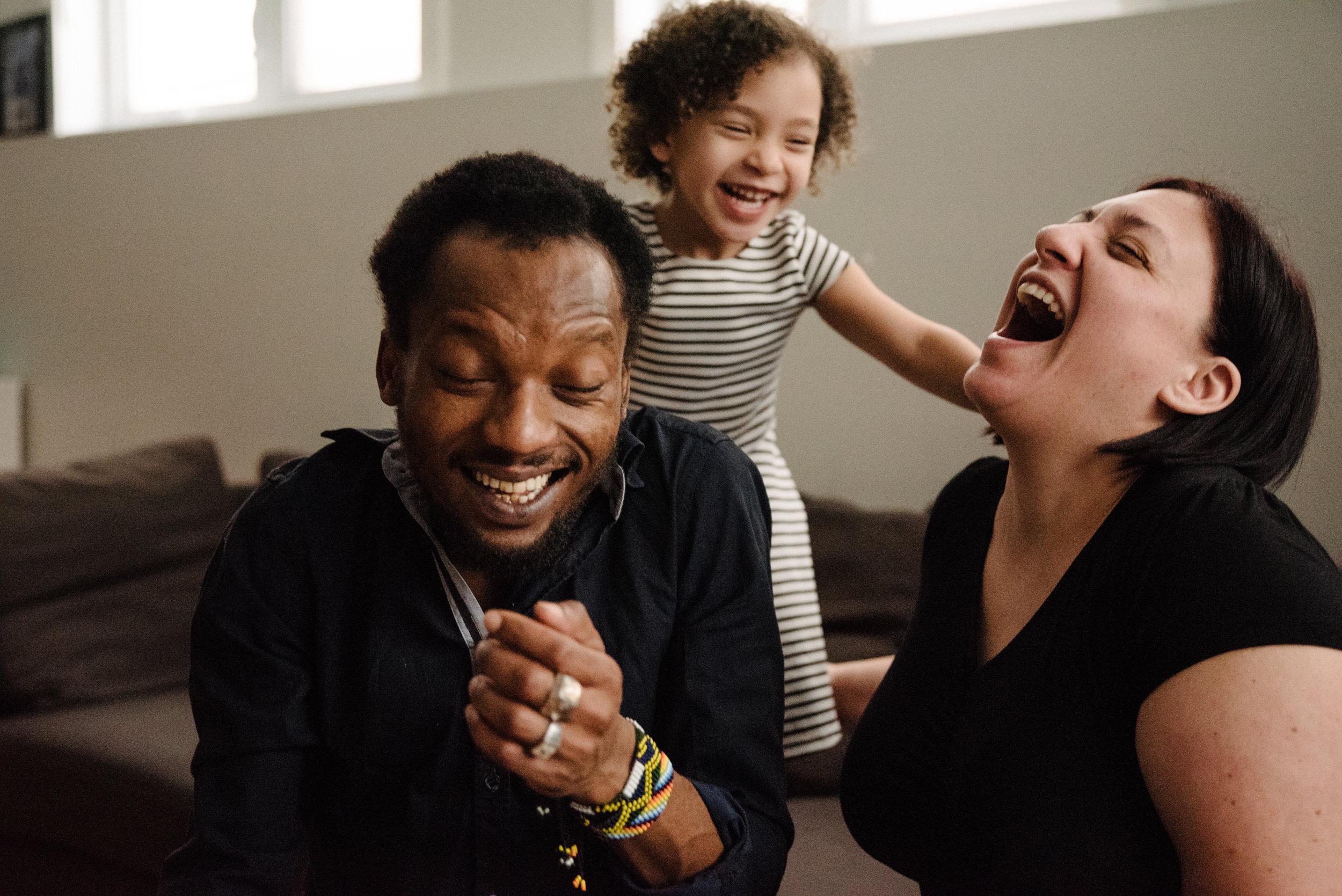photo-d-une-fillette-et-ses-parents-qui-rigolent-sur-le-divan-photographe-de-famille-a-montreal-marianne-charland-747.jpg