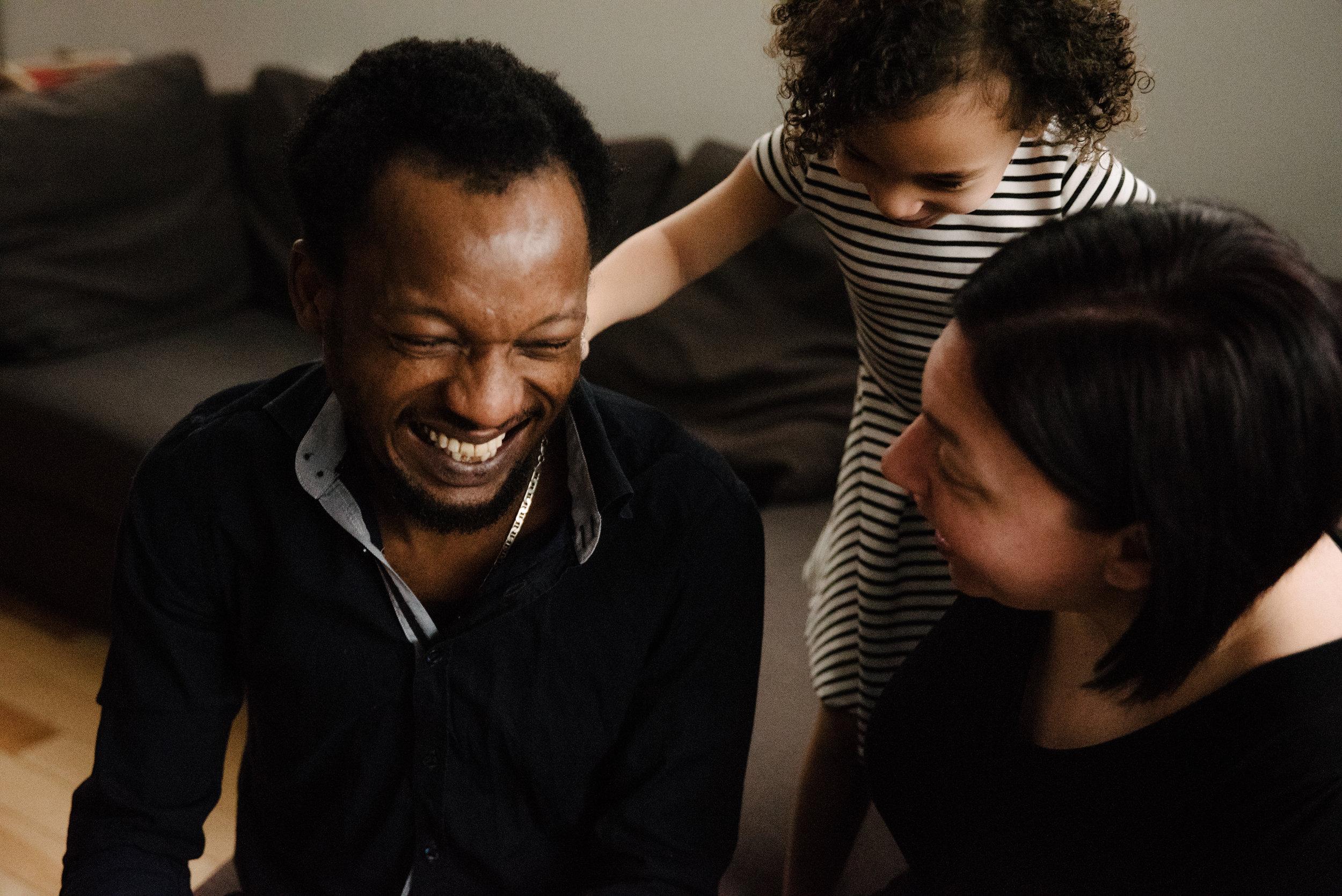 photo-d-une-fillette-et-ses-parents-qui-rigolent-sur-le-divan-photographe-de-famille-a-montreal-marianne-charland-775.jpg