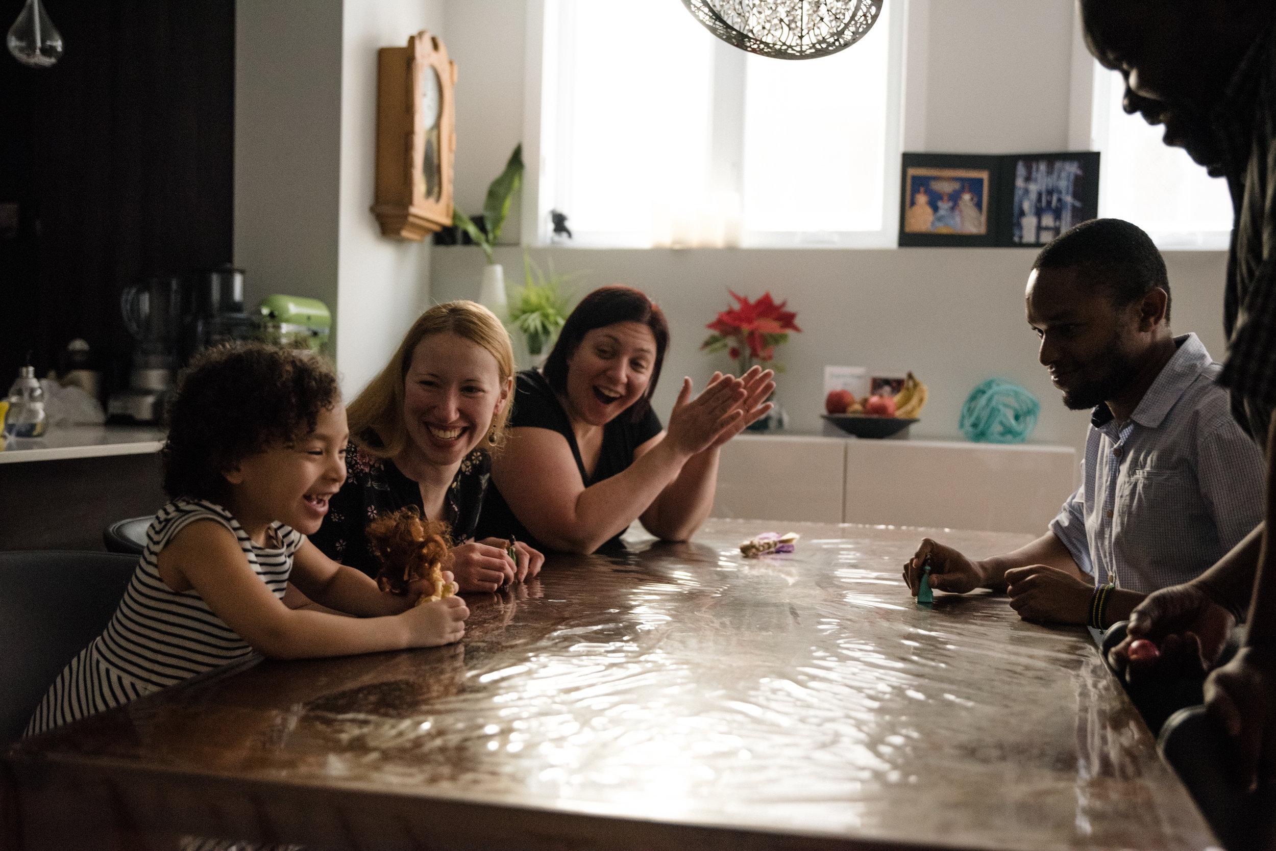 photo-de-soccer-sur-table-avec-des-poupees-photographe-de-famille-a-montreal-marianne-charland-895-2.jpg