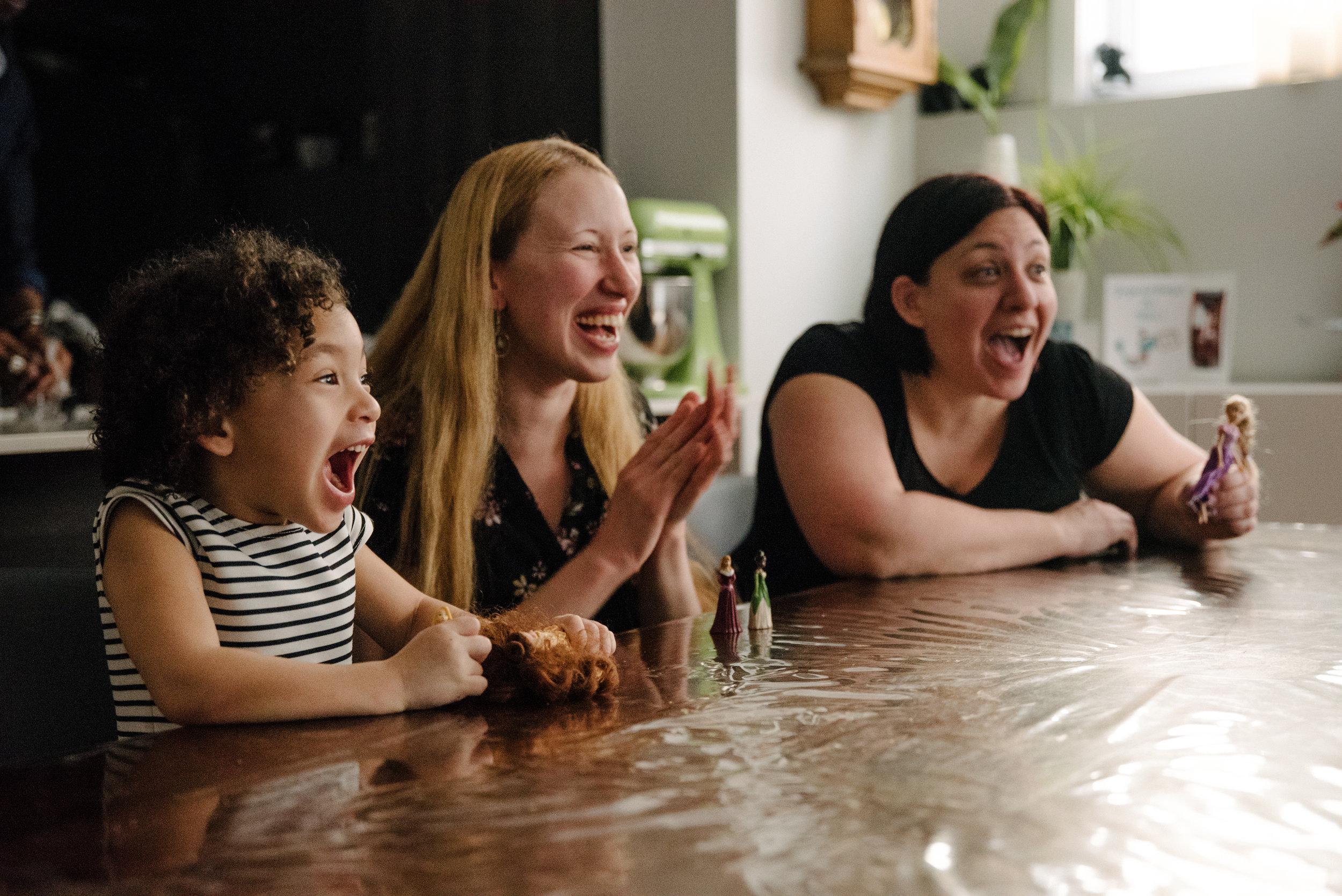 photo-de-soccer-sur-table-avec-des-poupees-photographe-de-famille-a-montreal-marianne-charland-936.jpg