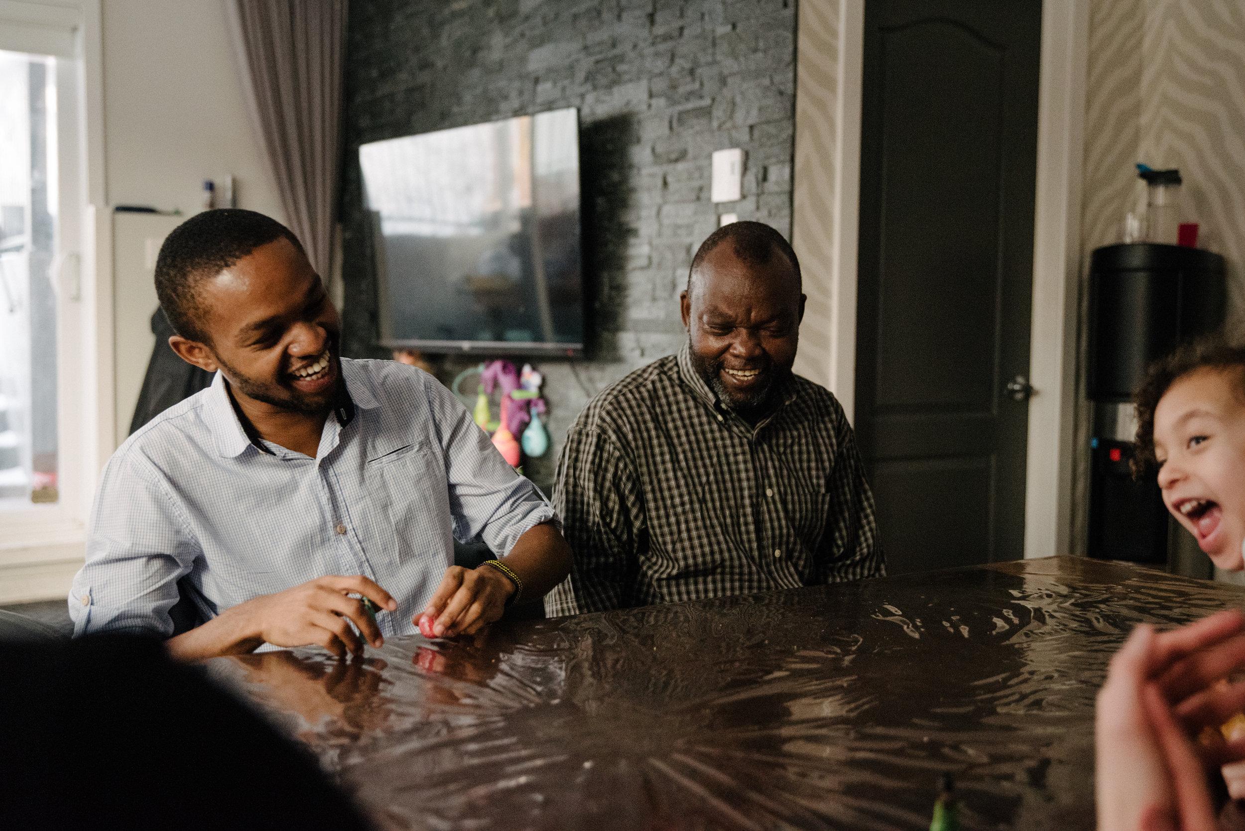 photo-de-soccer-sur-table-avec-des-poupees-photographe-de-famille-a-montreal-marianne-charland-996.jpg