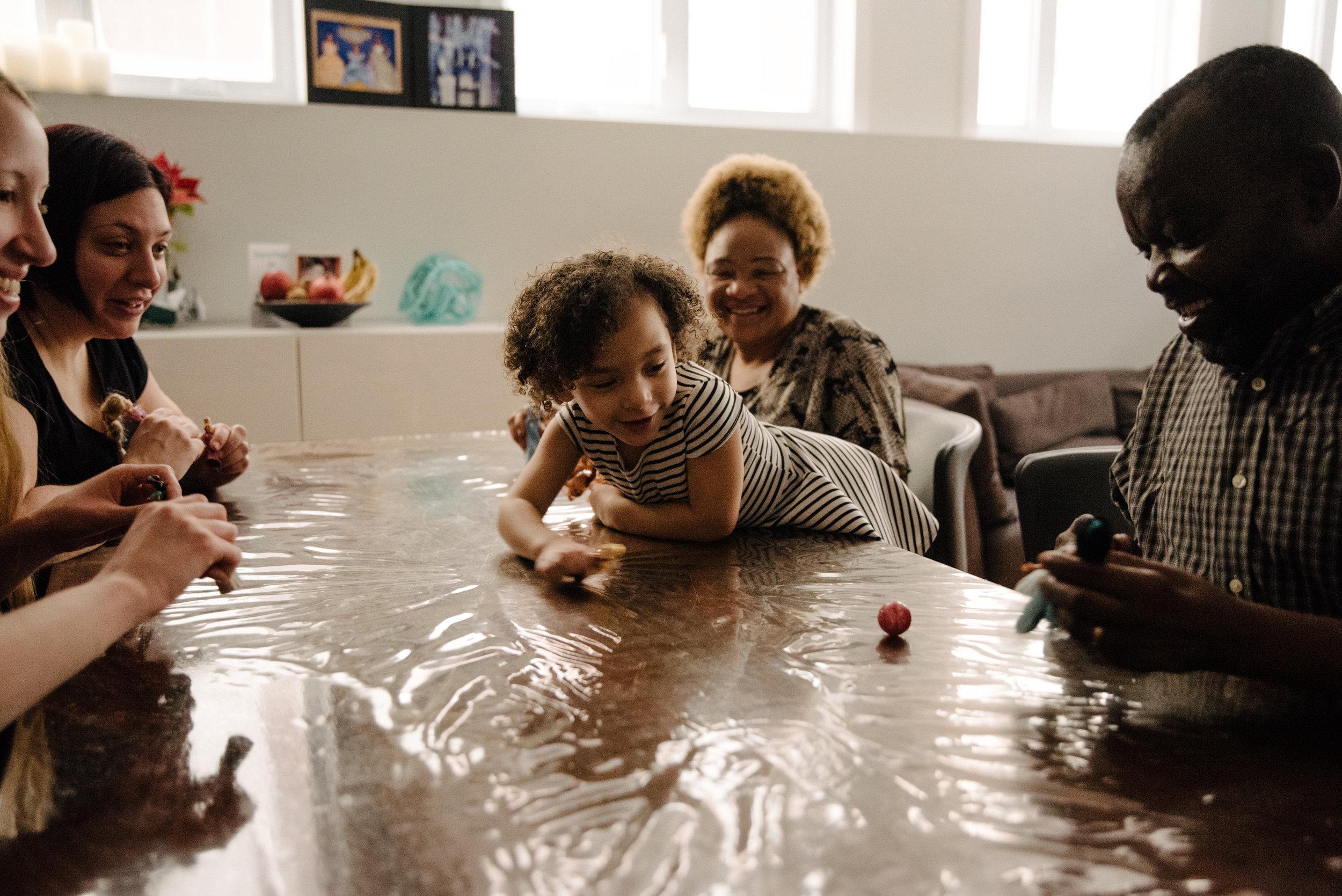 photo-de-soccer-sur-table-avec-des-poupees-photographe-de-famille-a-montreal-marianne-charland-1046.jpg
