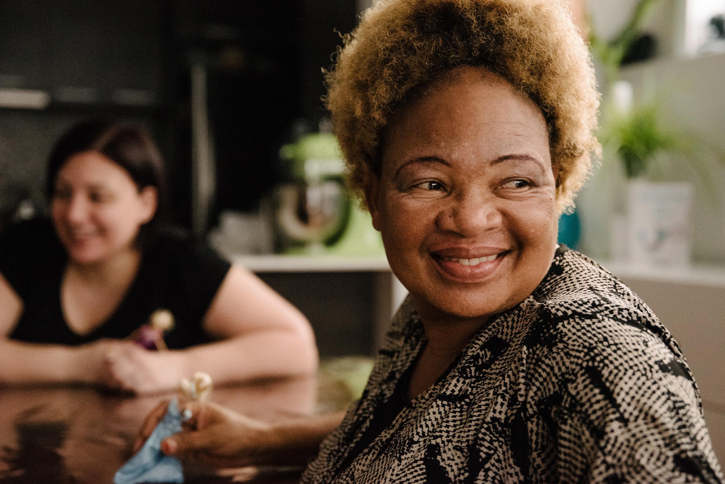portrait-de-la-grand-maman-qui-sourit-photographe-de-famille-a-montreal-marianne-charland-1135.jpg