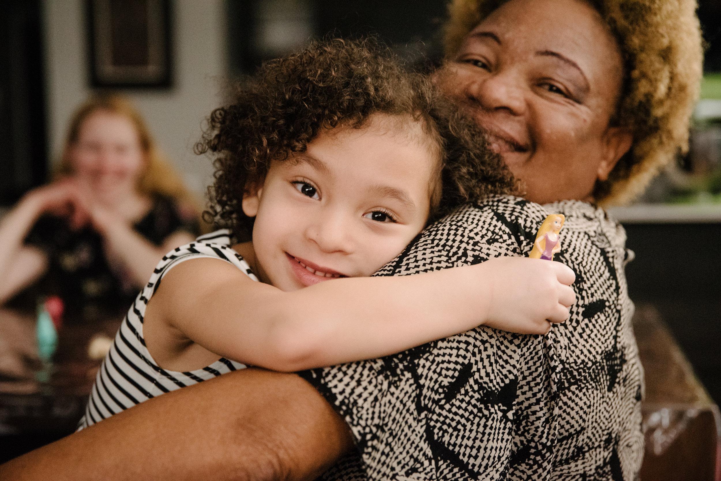 photo-dune-grand-maman-qui-prend-sa-petite-fille-dans-ses-bras-photographe-de-famille-a-montreal-marianne-charland-1143.jpg