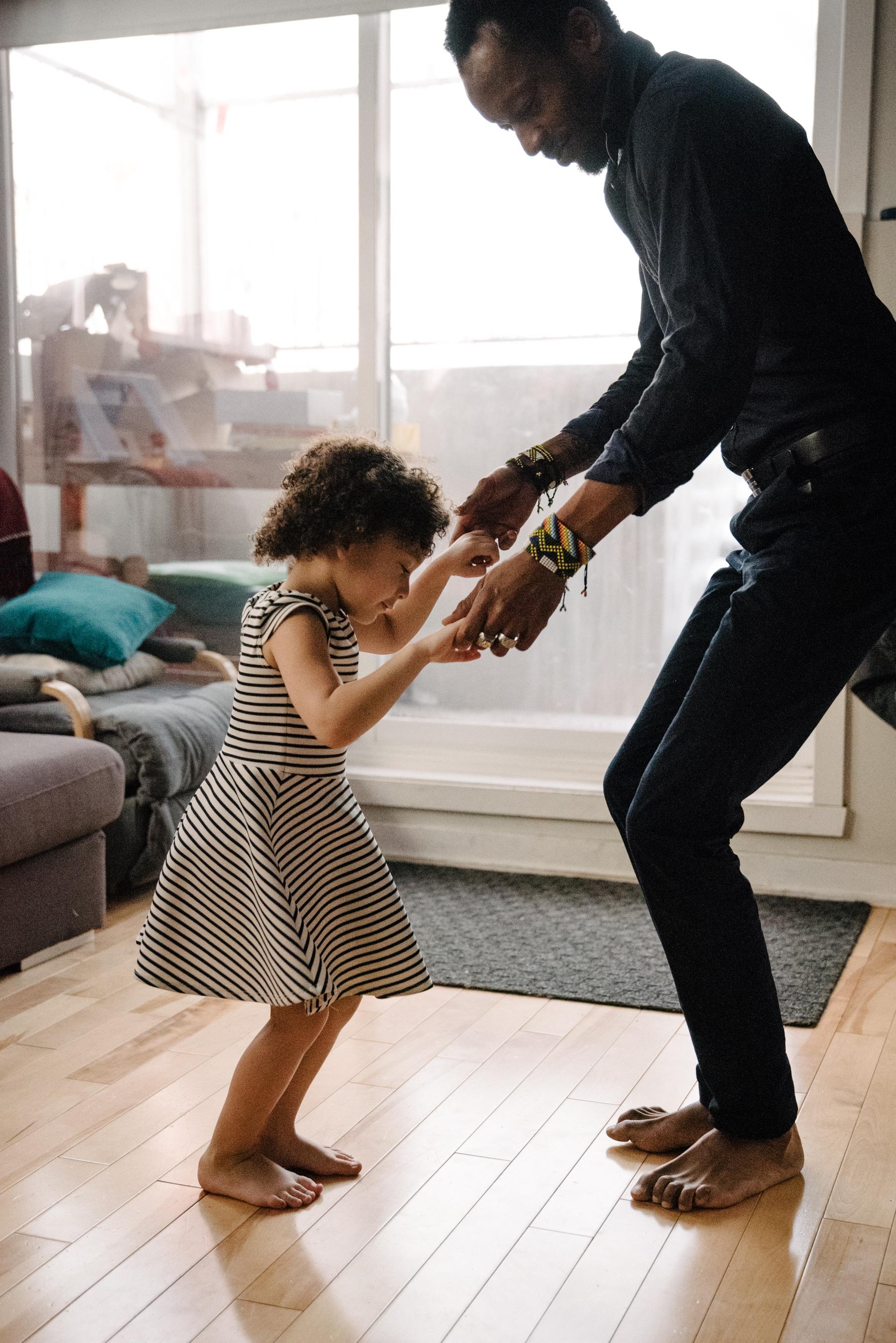 photo-dune-fillette-qui-danse-avec-son-papa-dans-l-appartement-photographe-de-famille-a-montreal-marianne-charland-1187.jpg