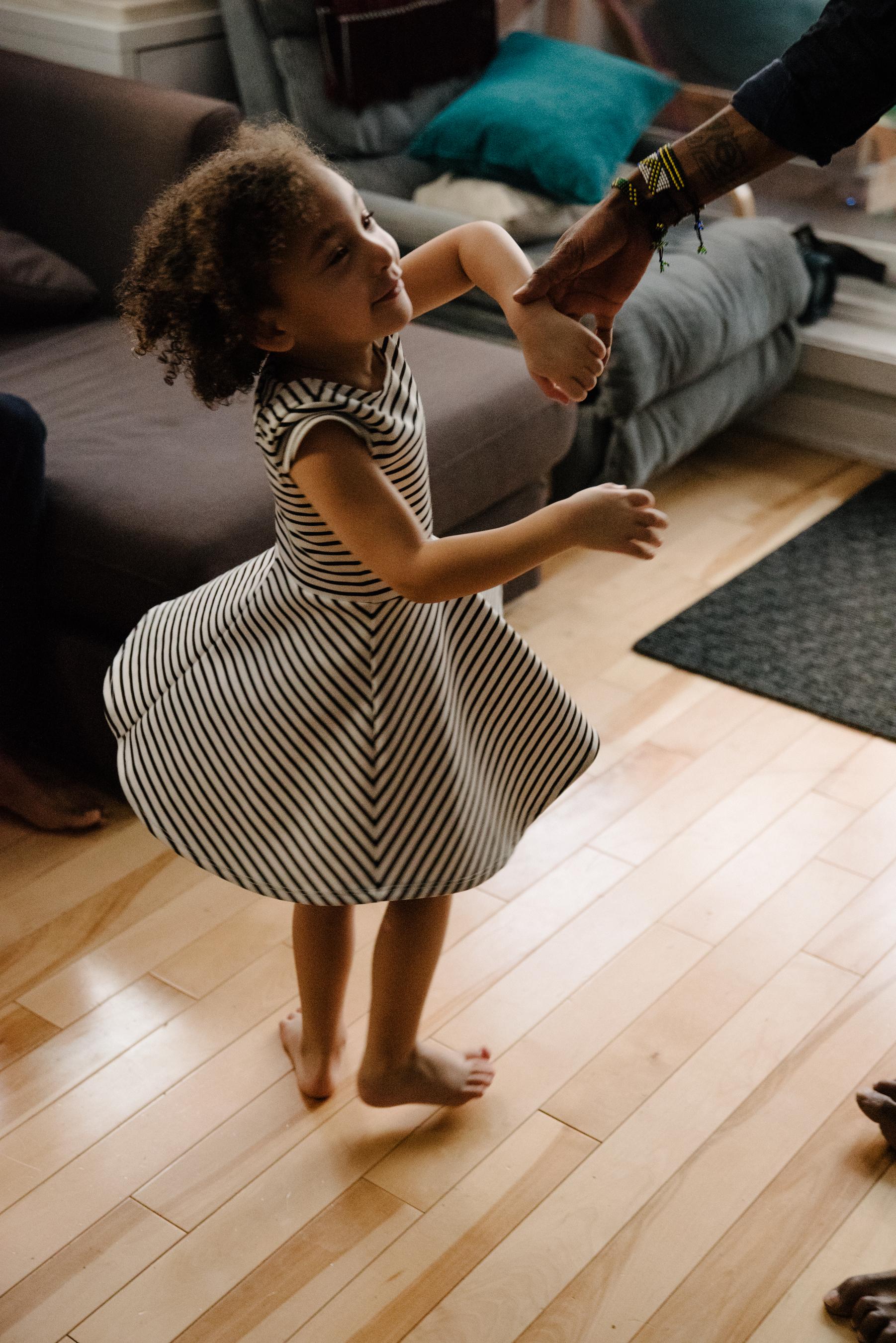 photo-dune-fillette-qui-danse-avec-son-papa-dans-l-appartement-photographe-de-famille-a-montreal-marianne-charland-1152.jpg