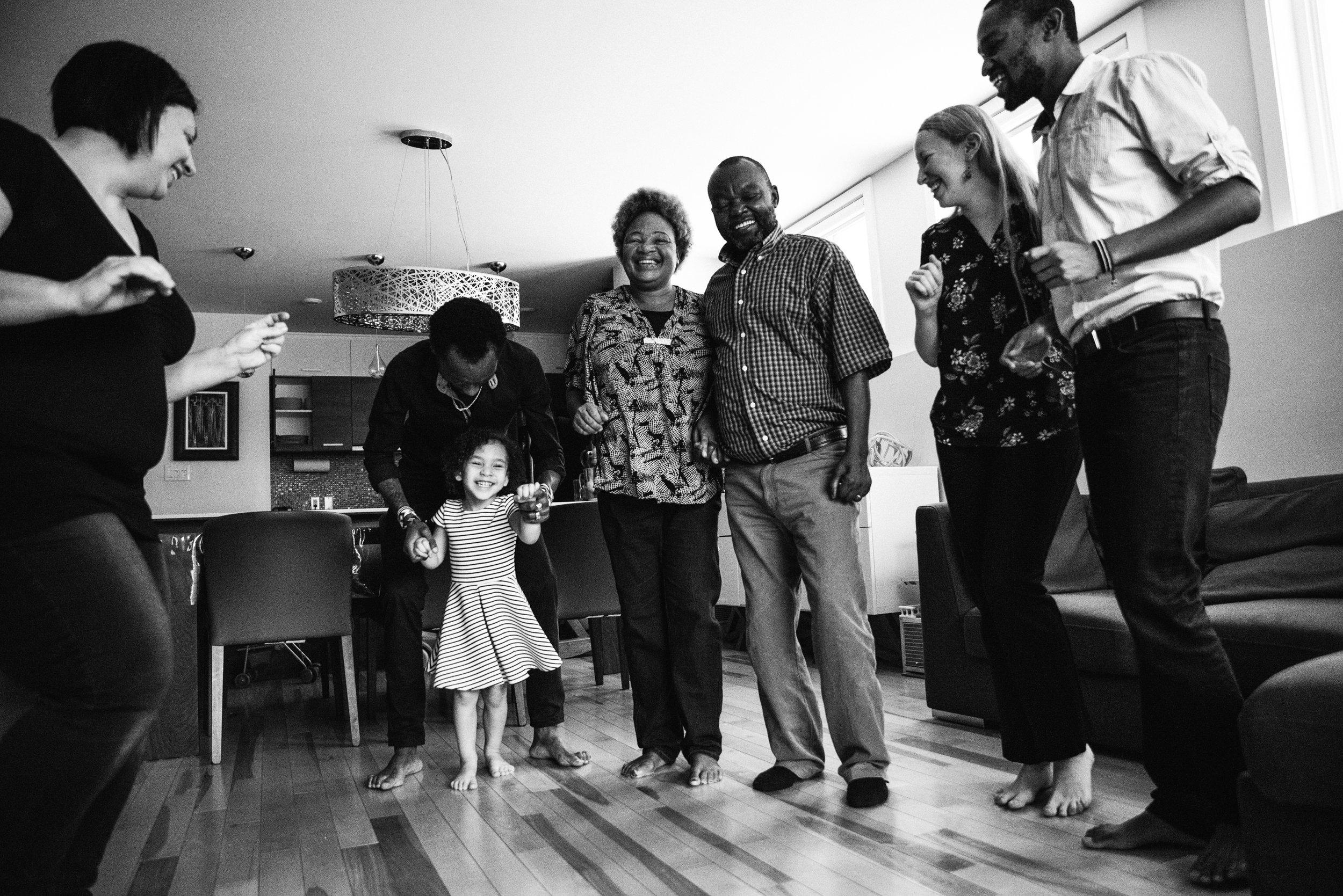 photo-de-famille-qui-danse-dans-l-appartement-photographe-de-famille-a-montreal-marianne-charland-1420.jpg