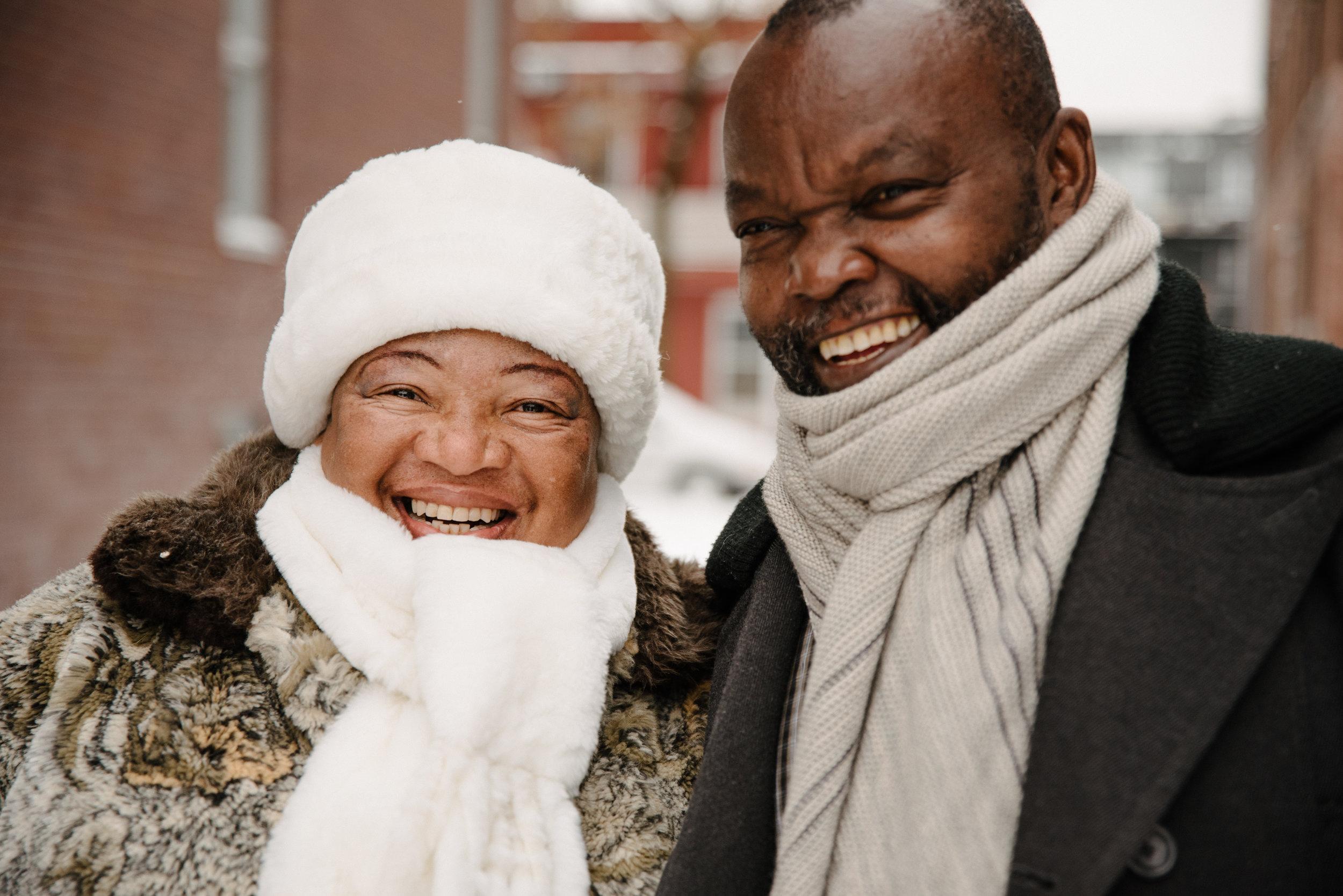 photo-de-famille-qui-joue-dans-la-neige-ruelle-montrealaise-photographe-de-famille-a-montreal-marianne-charland-1570.jpg