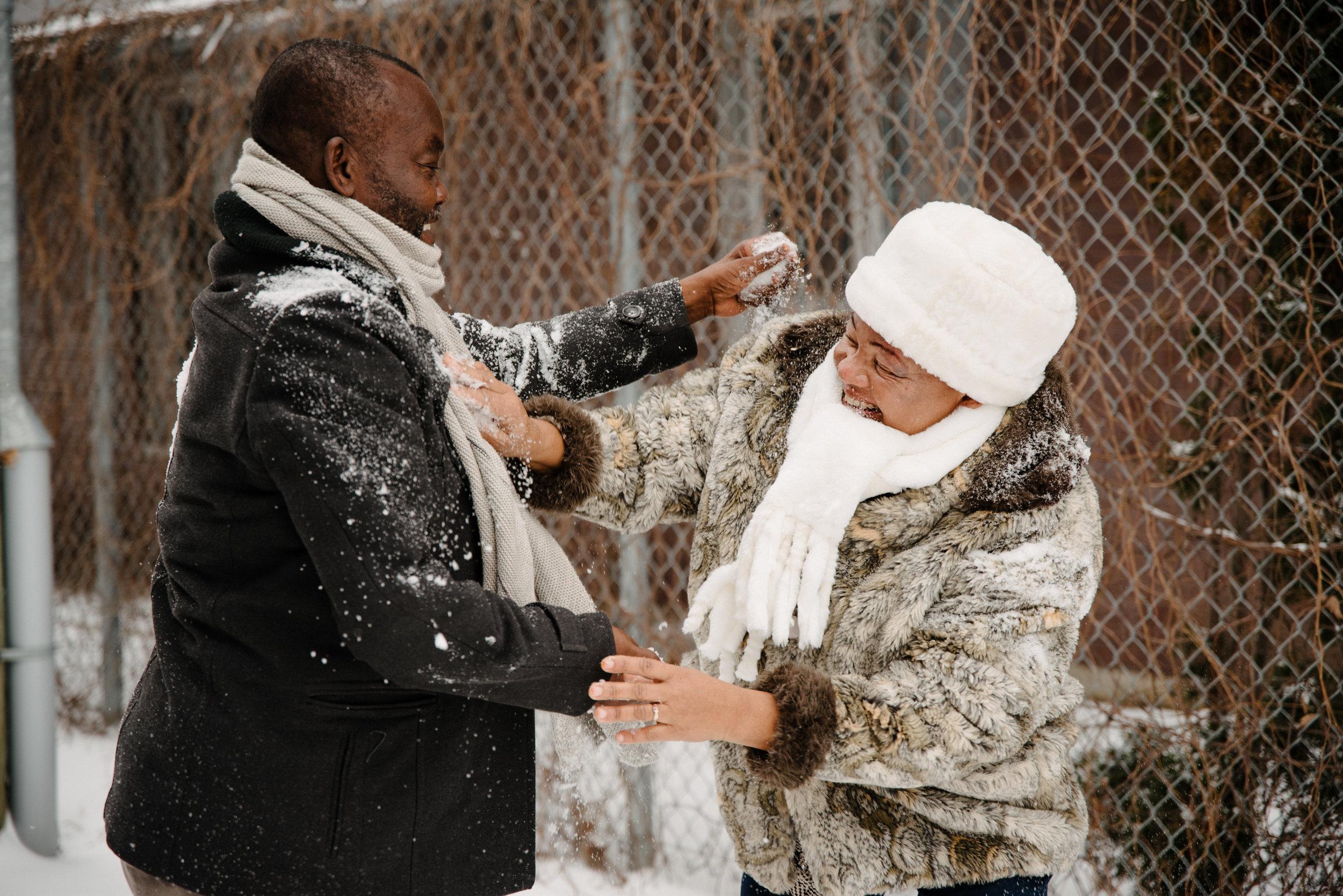 photo-de-famille-qui-joue-dans-la-neige-ruelle-montrealaise-photographe-de-famille-a-montreal-marianne-charland-1613.jpg
