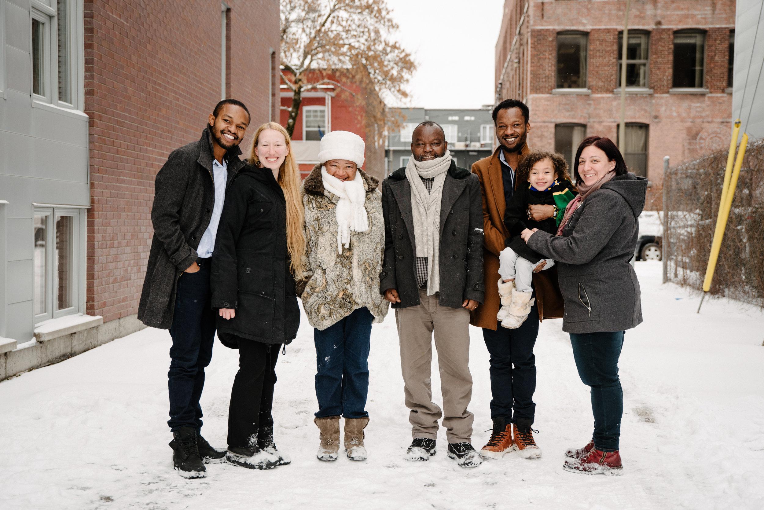 photo-de-famille-qui-joue-dans-la-neige-ruelle-montrealaise-photographe-de-famille-a-montreal-marianne-charland-1637.jpg