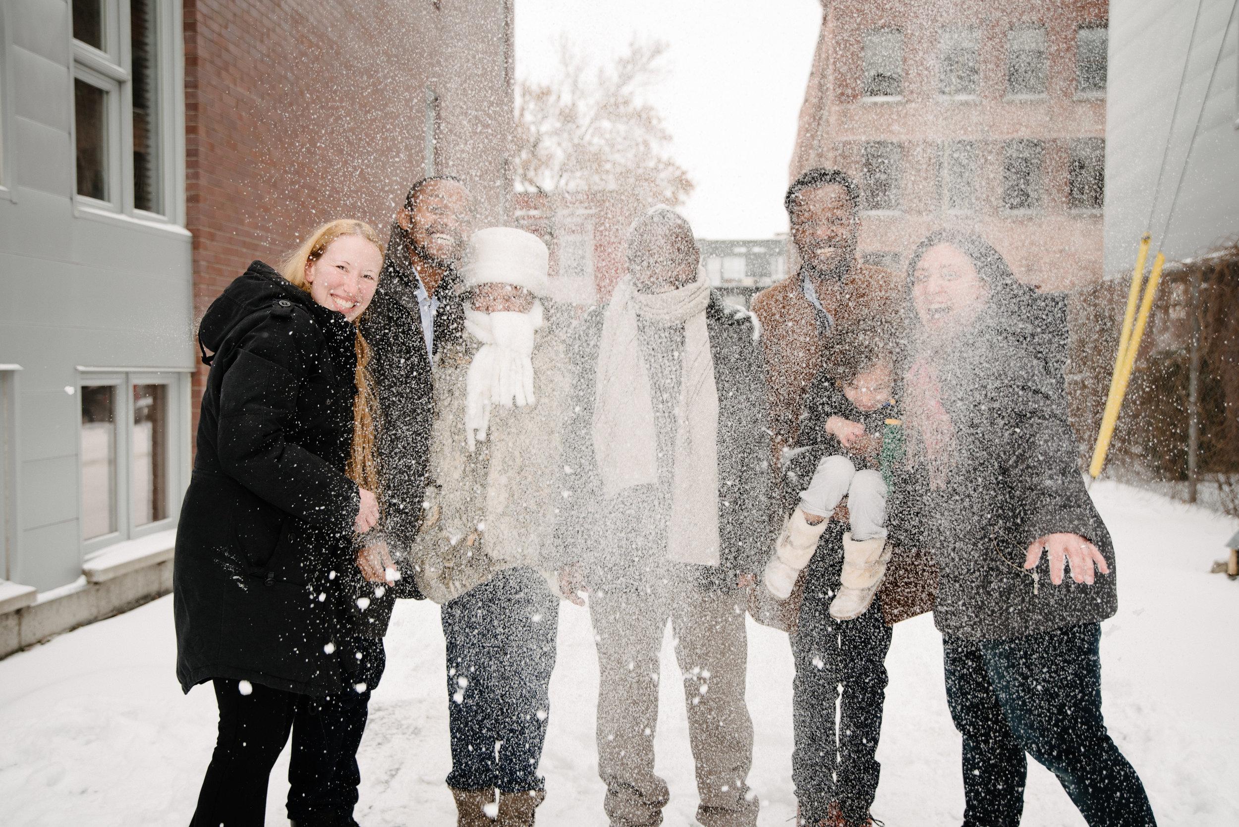 photo-de-famille-qui-joue-dans-la-neige-ruelle-montrealaise-photographe-de-famille-a-montreal-marianne-charland-1685.jpg