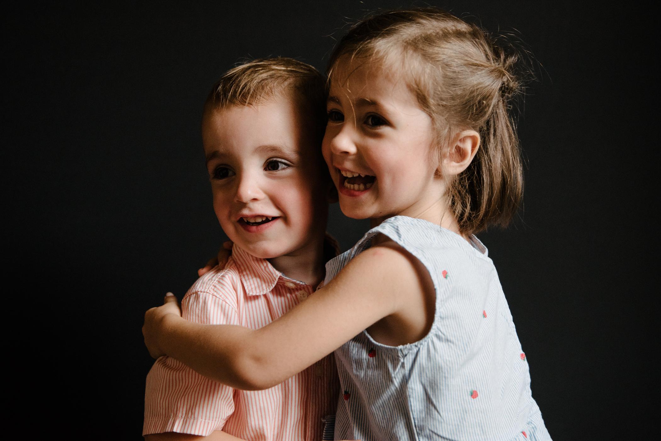 photo-de-garderie-originale-et-authentique-fratrie-souriante-photographe-lifestyle-famille-et-nouveau-ne-a-montreal-marianne-charland-200.jpg