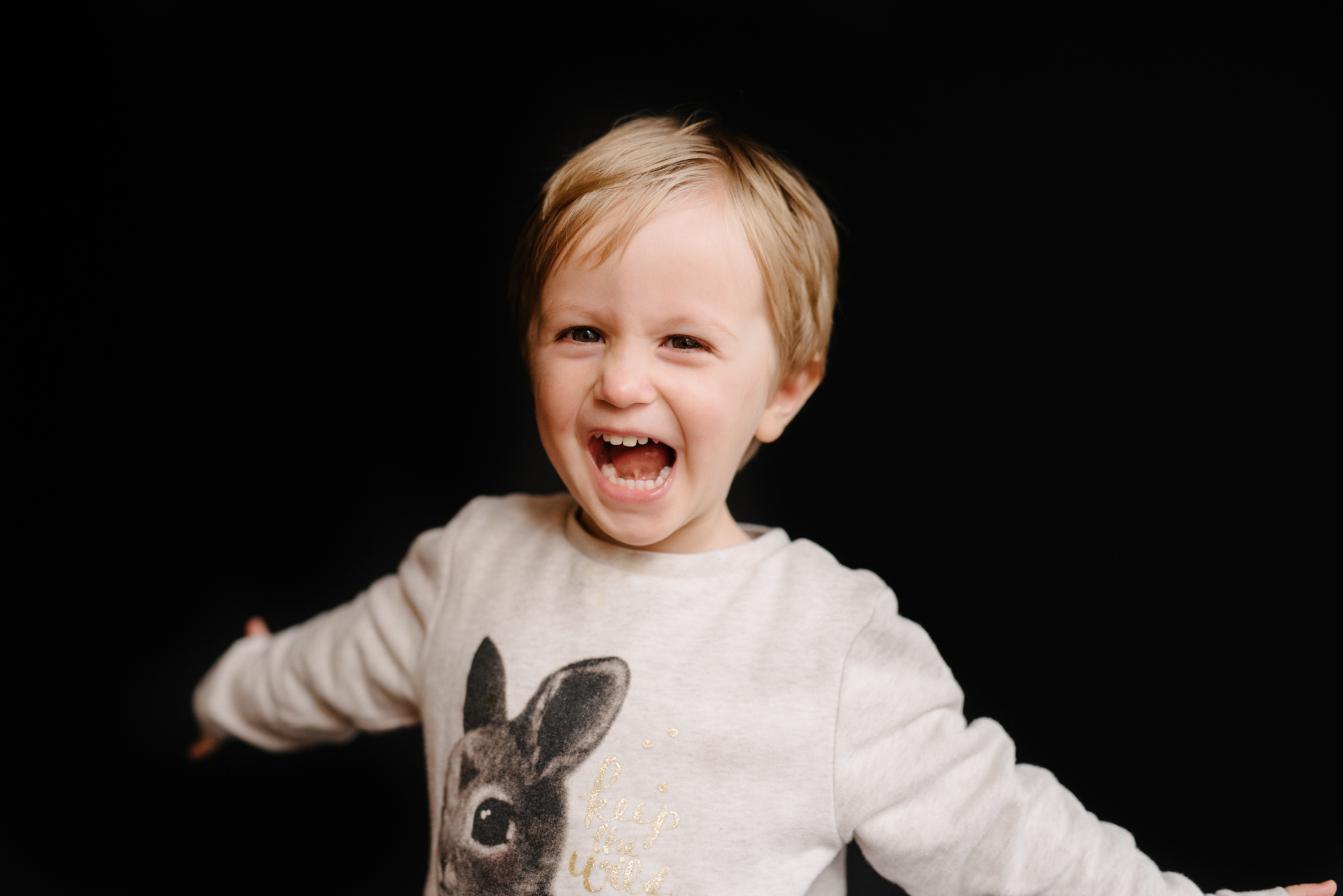 photo-de-garderie-originale-et-authentique-fillette-souriante-bras-ouverts-photographe-lifestyle-famille-et-nouveau-ne-a-montreal-marianne-charland-050.jpg