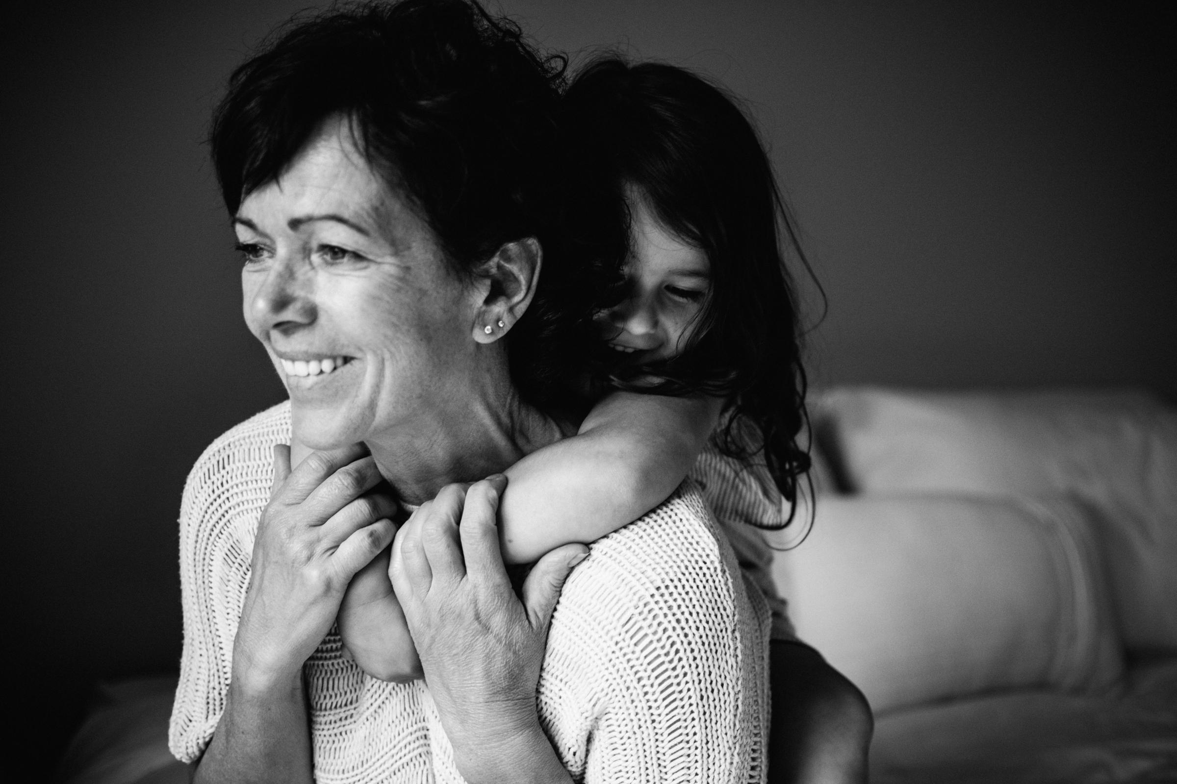 photo-noir-et-blanc-fete-des-meres-photographe-famille-a-montreal-cadeau-fete-des-meres-377.jpg