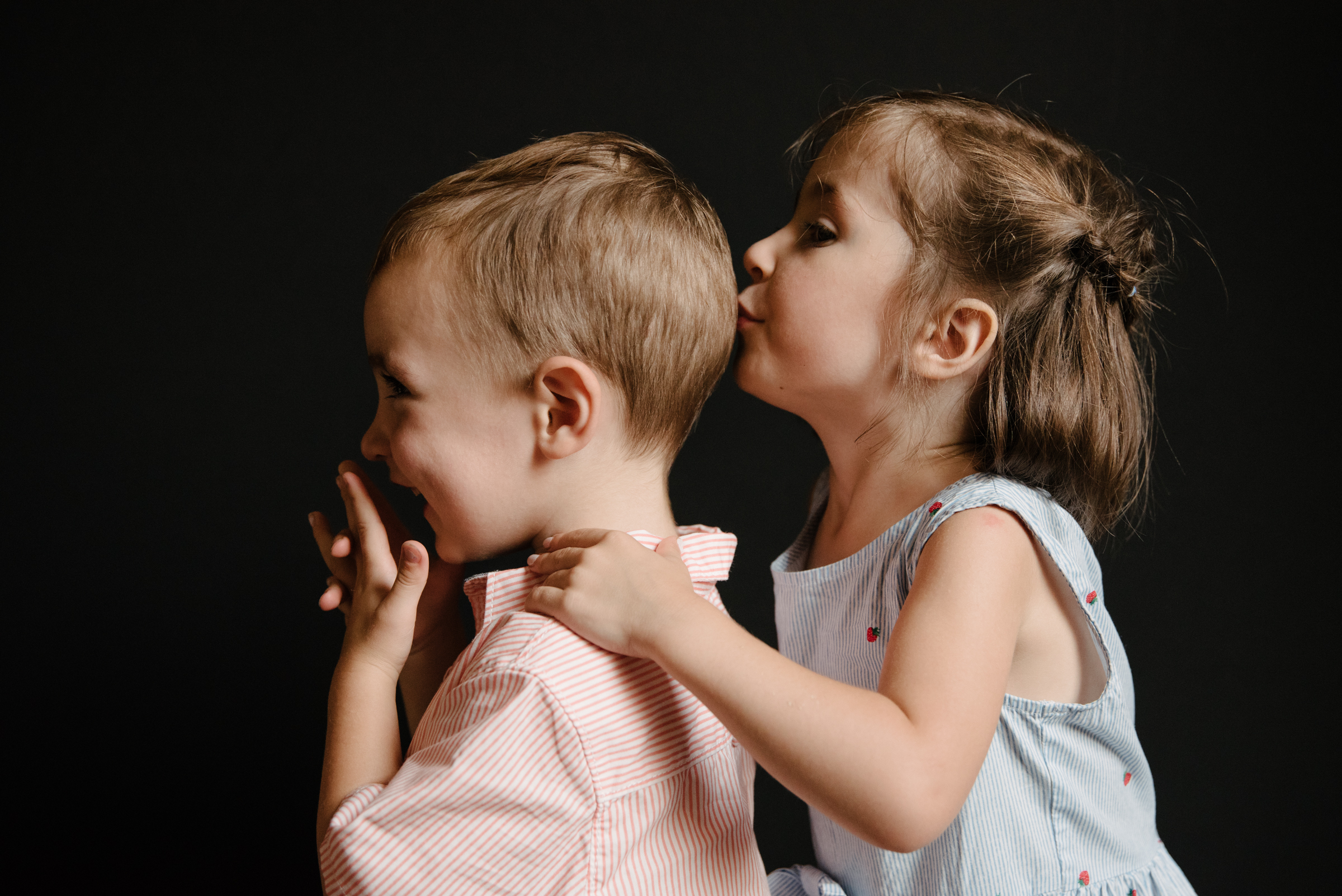 Émue - Quand j'ai ouvert les photos, j'ai été très, très émue.Tu as capté (et choisi comme par magie parmi toutes tes prises) plusieurs de ces choses absolument belles et merveilleuses que je voulais retenir d'eux pour toujours en me disant que je ne pouvais compter que sur ma mémoire parce qu'il n'y avait que mes yeux de maman pour savoir quel regard, quel sourire, quel éclat de rire, quelle façon de mettre la main devant la bouche, le doigt dans le nez, il fallait conserver.- Zoé